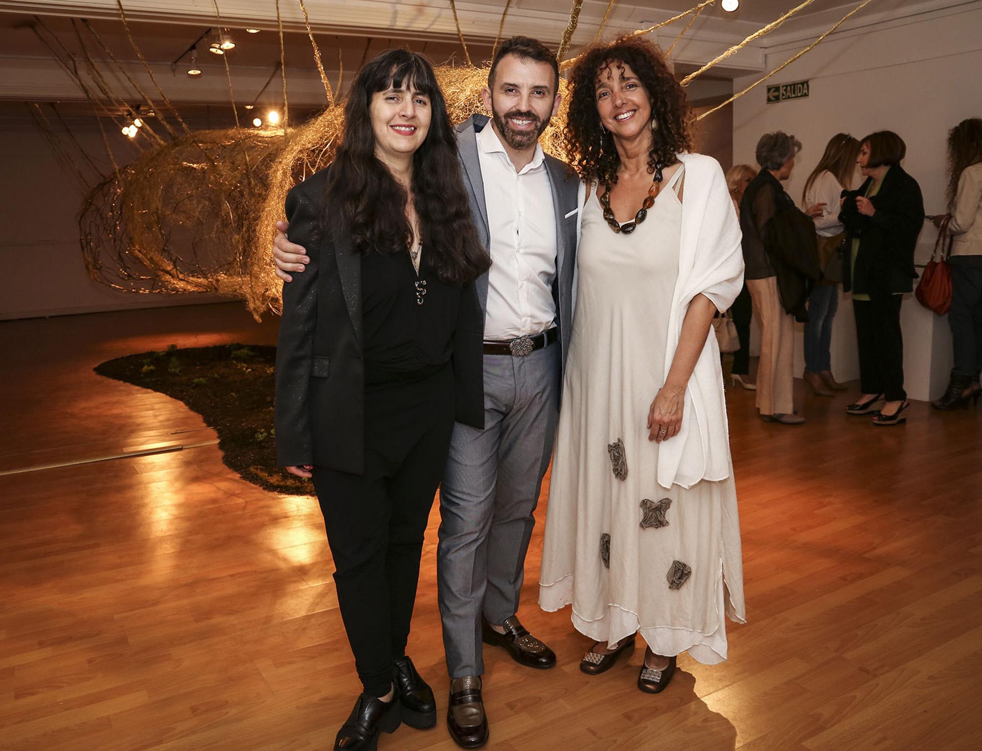 Marcelo Toledo con la curadora de su muestra, la artista Fabiana Barreda, y con la directora del Museo, Felicitas Luna