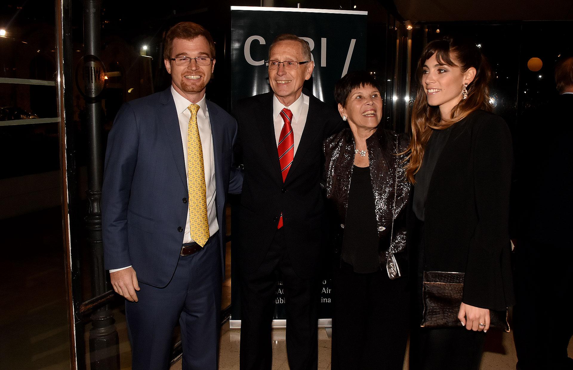 Nicolás Massot, presidente del Bloque PRO, junto a su mujer, Adalberto Rodríguez Giavarini y Susana Pestana