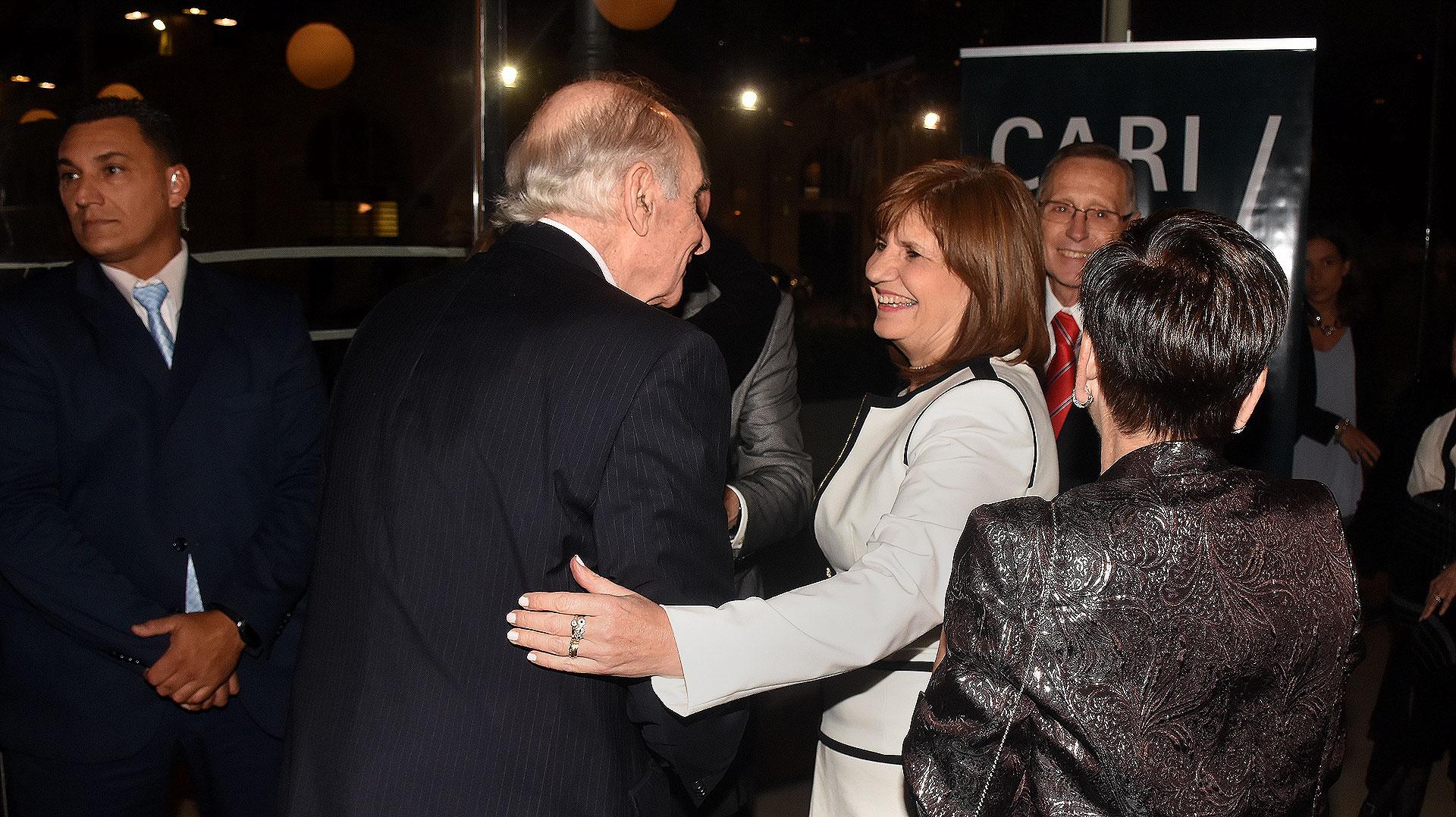 El saludo entre Fernando De la Rúa y Patricia Bullrich