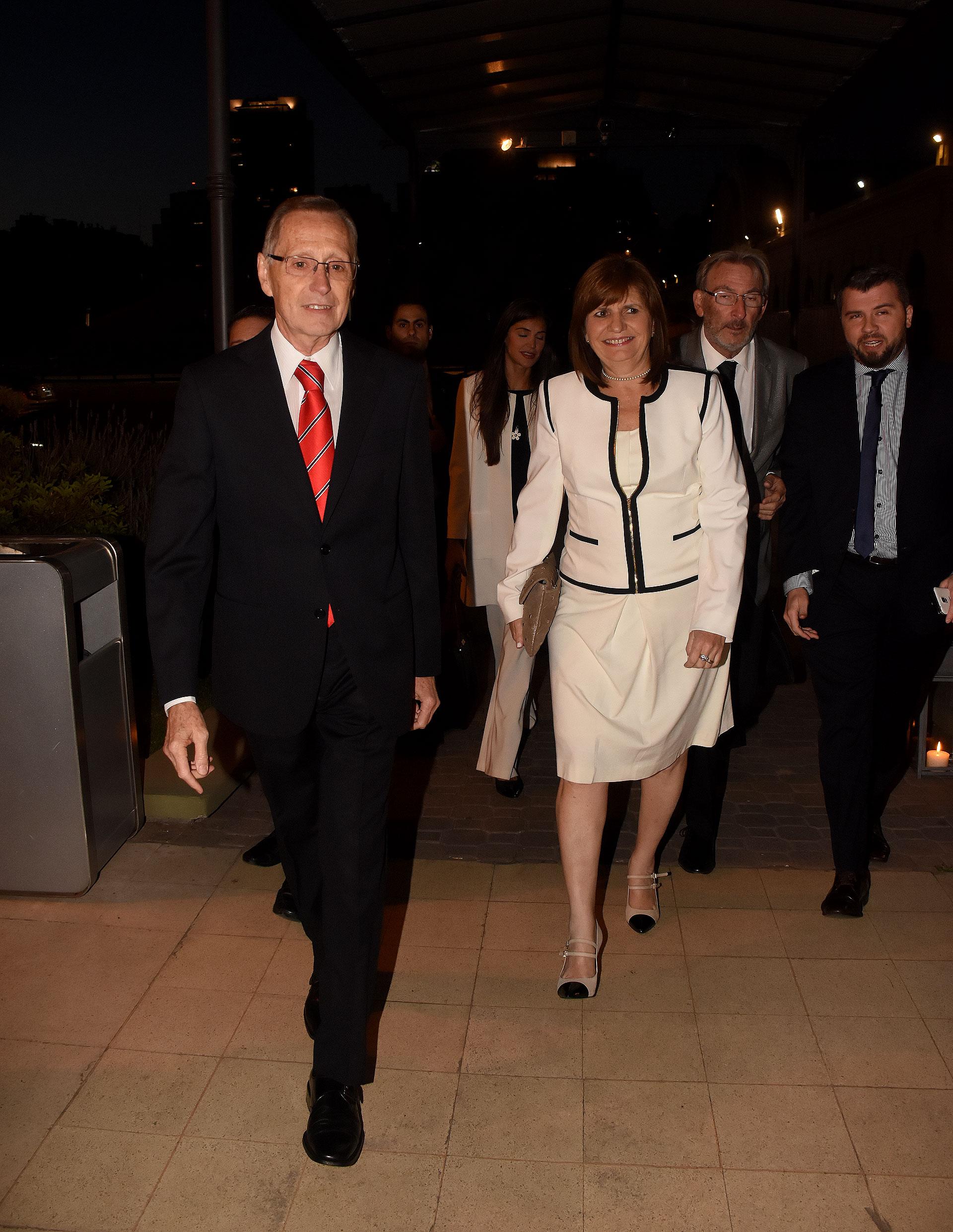 Adalberto Rodríguez Giavarini recibe a la ministra de Seguridad, Patricia Bullrich, quien llegó acompañada por su marido Guillermo Yanco