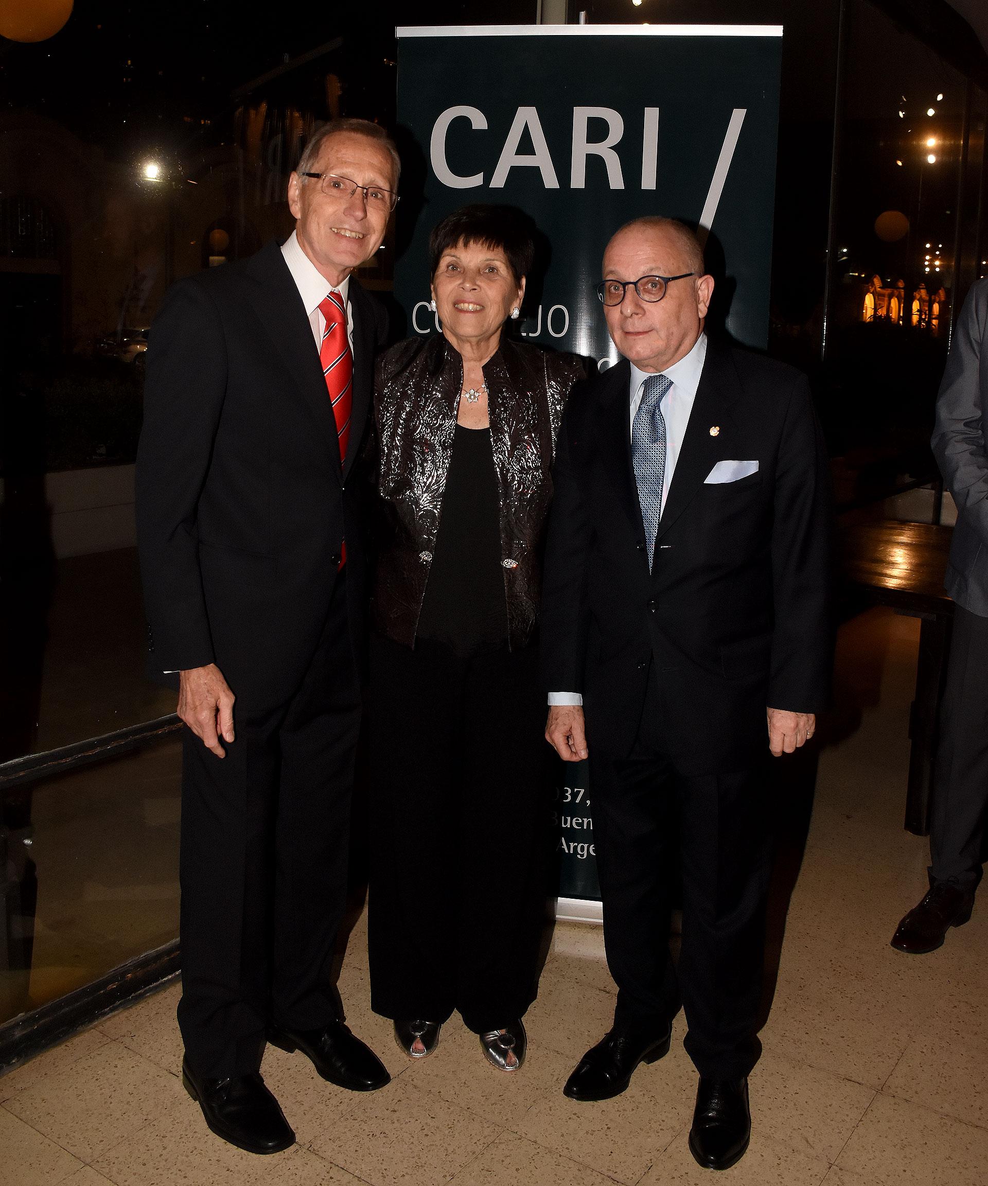 Adalberto Rodríguez Giavarini junto a su mujer Susana Pestana y al canciller Jorge Faurie