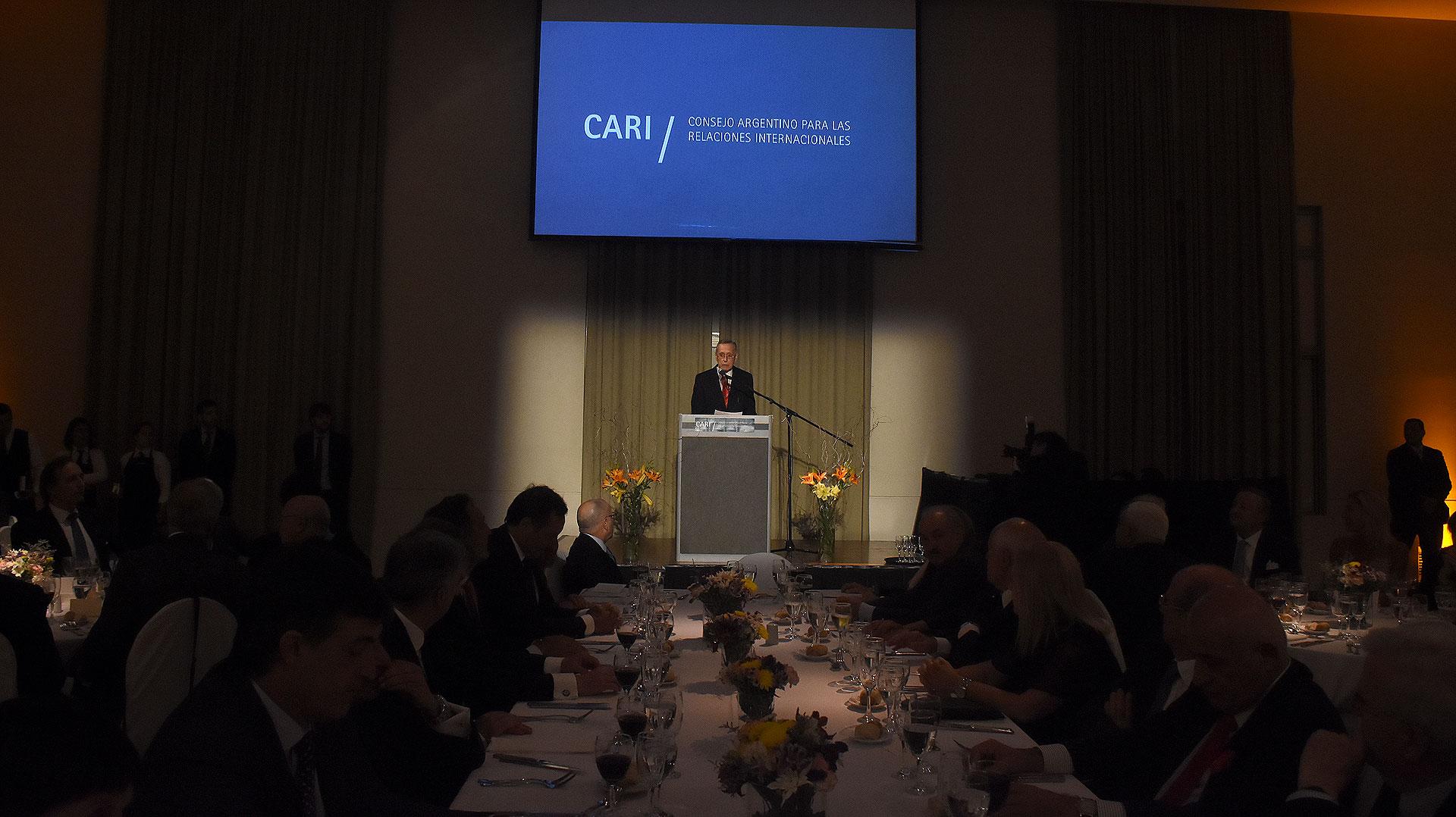 El discurso de Adalberto Rodríguez Giavarini frente a la mesa principal
