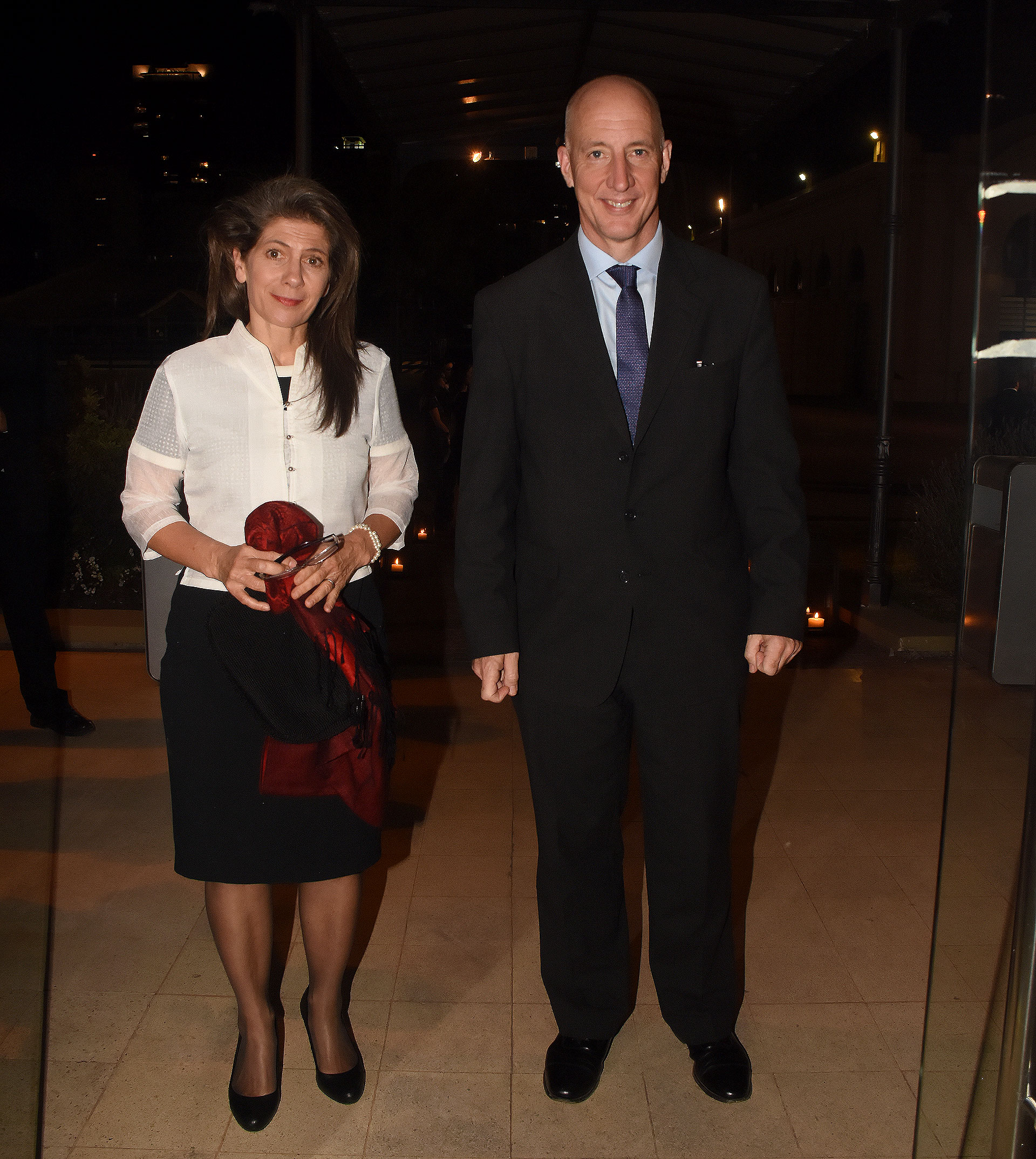 El embajador británico Mark Kent y su mujer