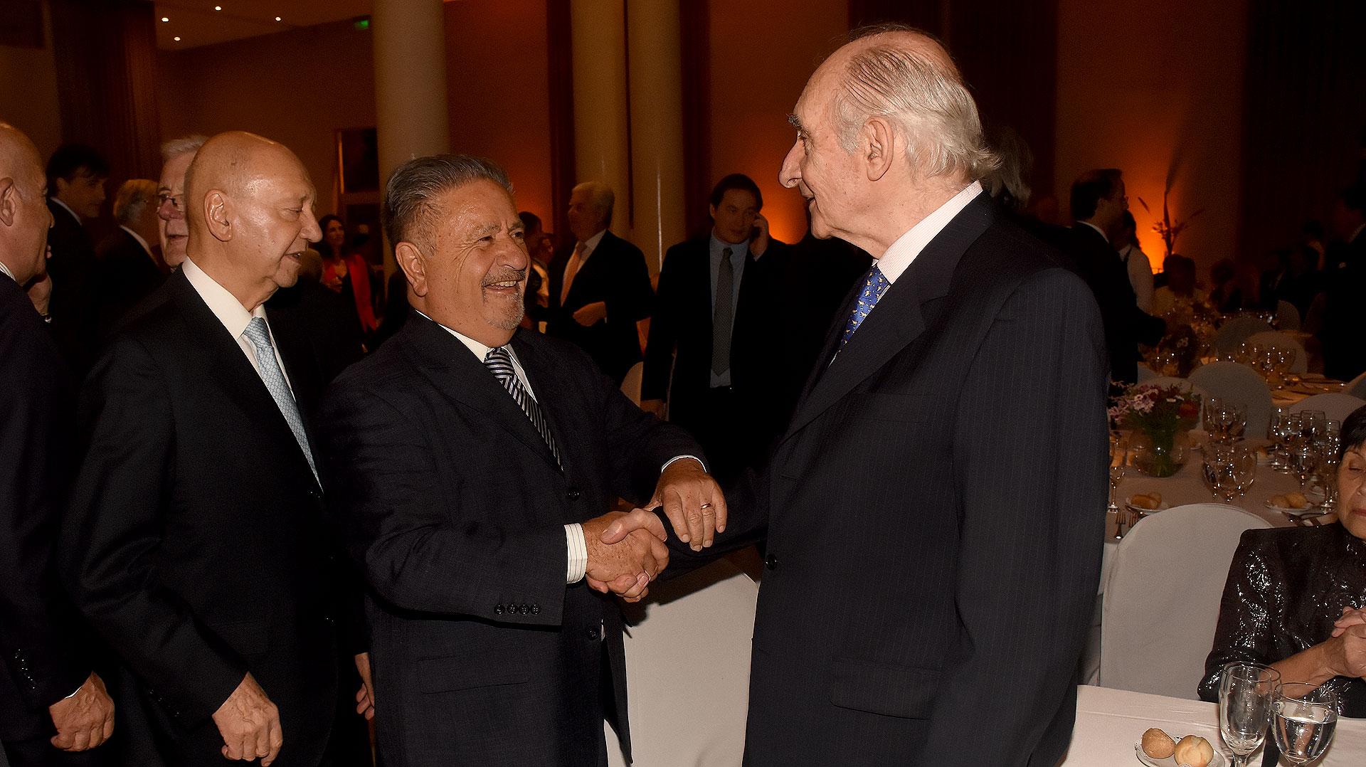 Eduardo Duhalde y Fernando De la Rúa juntos en la cena anual del Consejo Argentino para las Relaciones Internacionales (CARI)