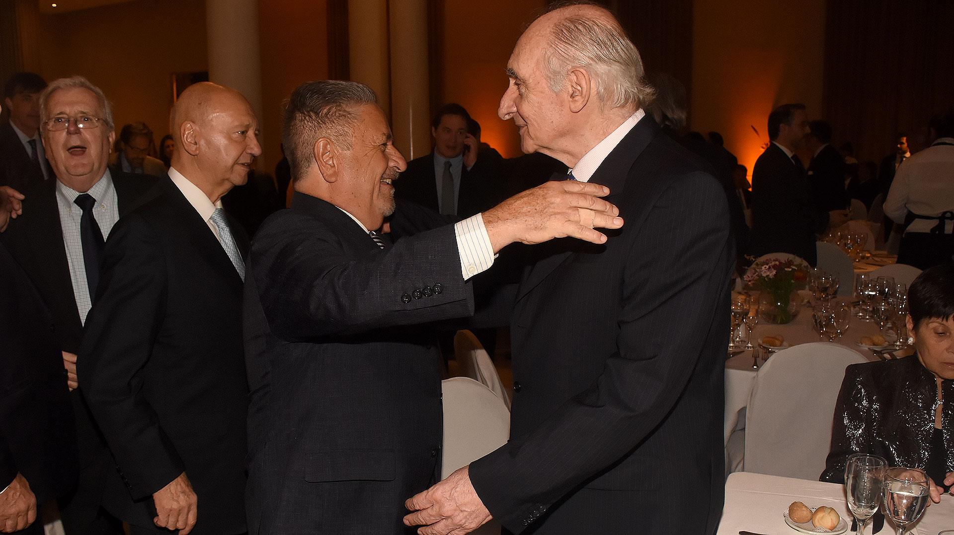 Los ex primeros mandatarios se saludaron con mucha amabilidad y conversaron animadamente