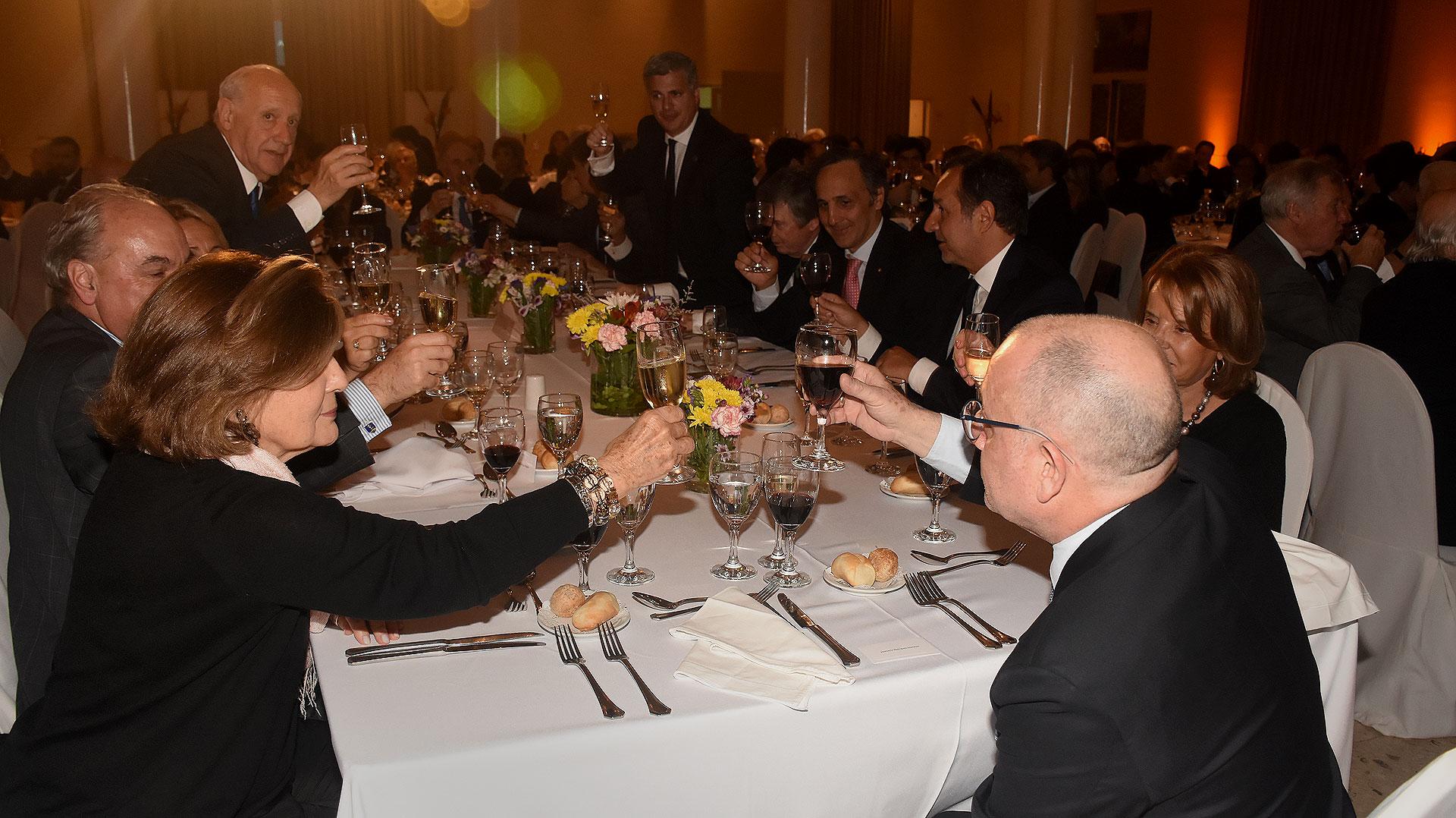 El brindis en la mesa principal tras el discurso del canciller Jorge Faurie