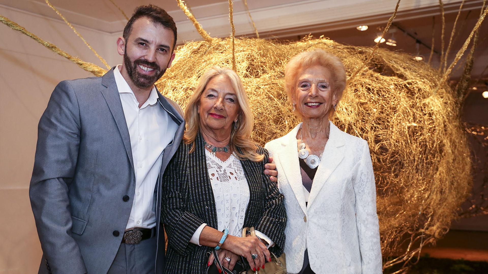 Marcelo Toledo junto a Patricia Saporiti y a María Martha Domenech, presidenta y vicepresidenta de la Asociación Amigos del Museo José Hernández, respectivamente