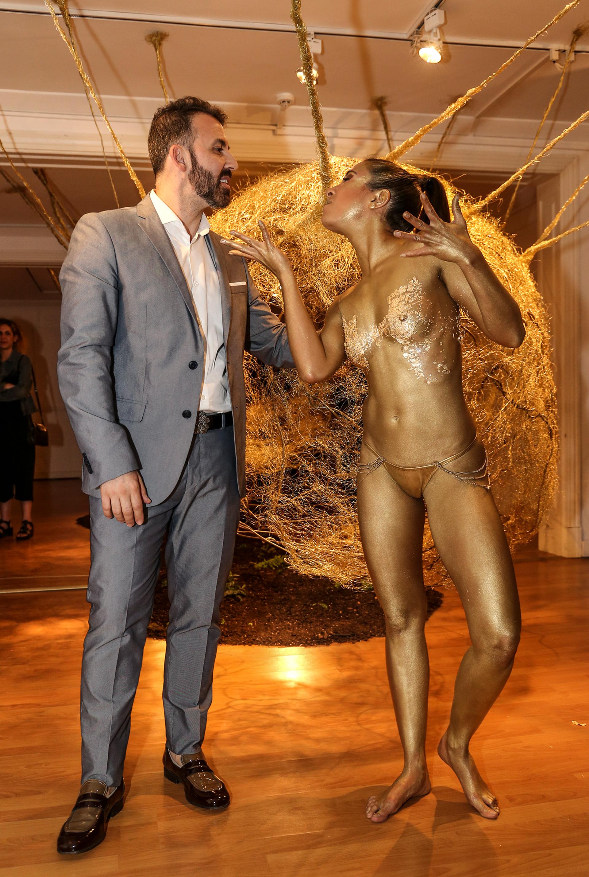 Marcelo Toledo y la performance a cargo de DeRose Art Company