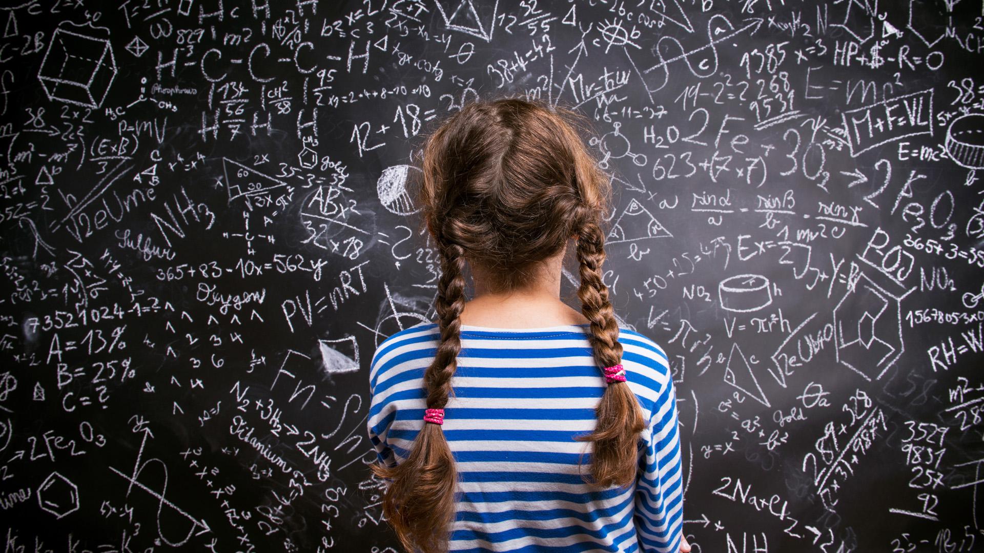 Aunque tienen la misma capacidad que los niños para las matemáticas, las niñas terminan por creer que no es así. Eso afecta sus posibilidades de desarrollar carreras científicas. (Getty)