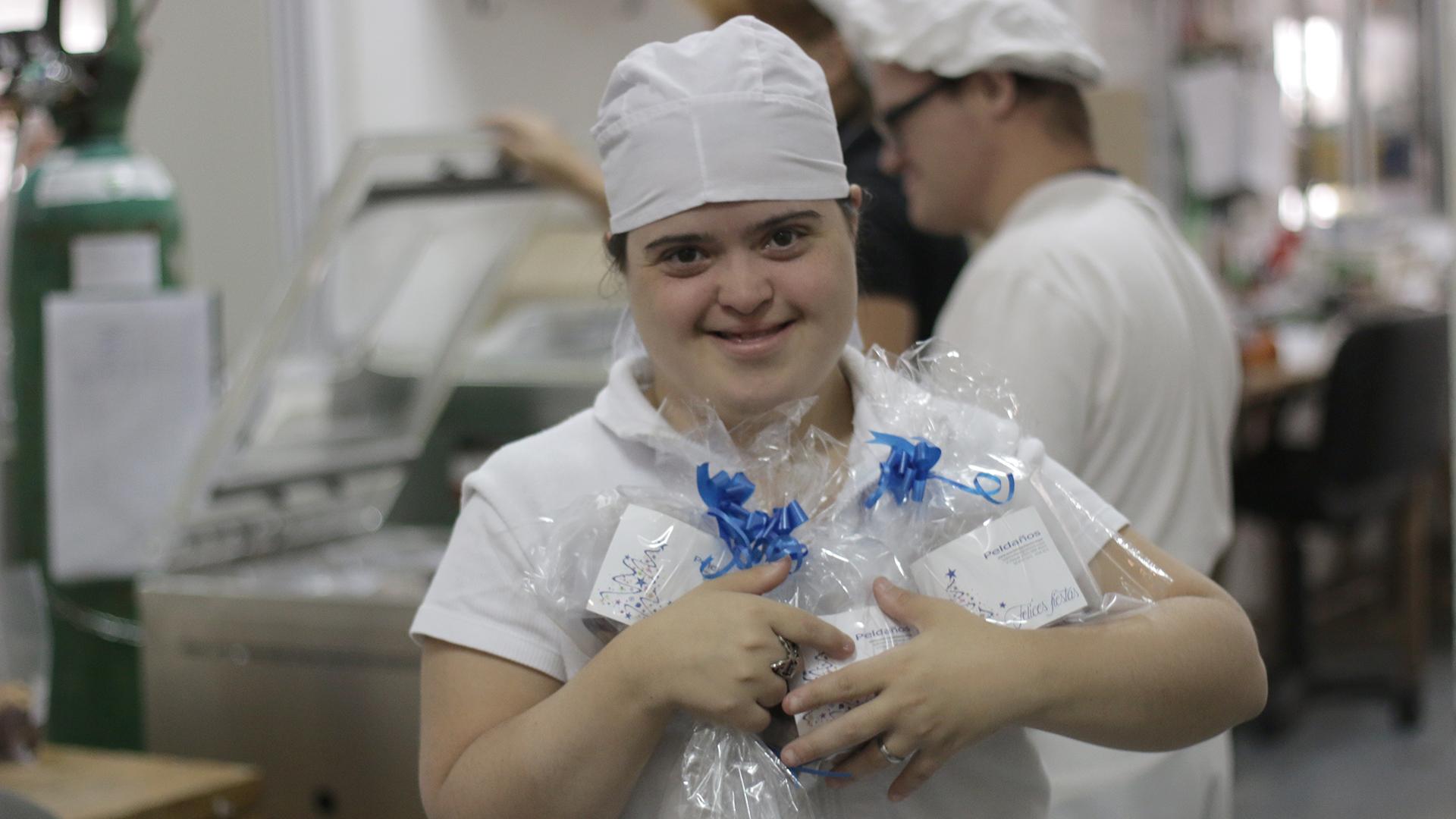 Listos para entregar. Los panes dulces que preparan los chicos de Peldaños ya están a la venta. (Fotos: Lihuel Althabe)