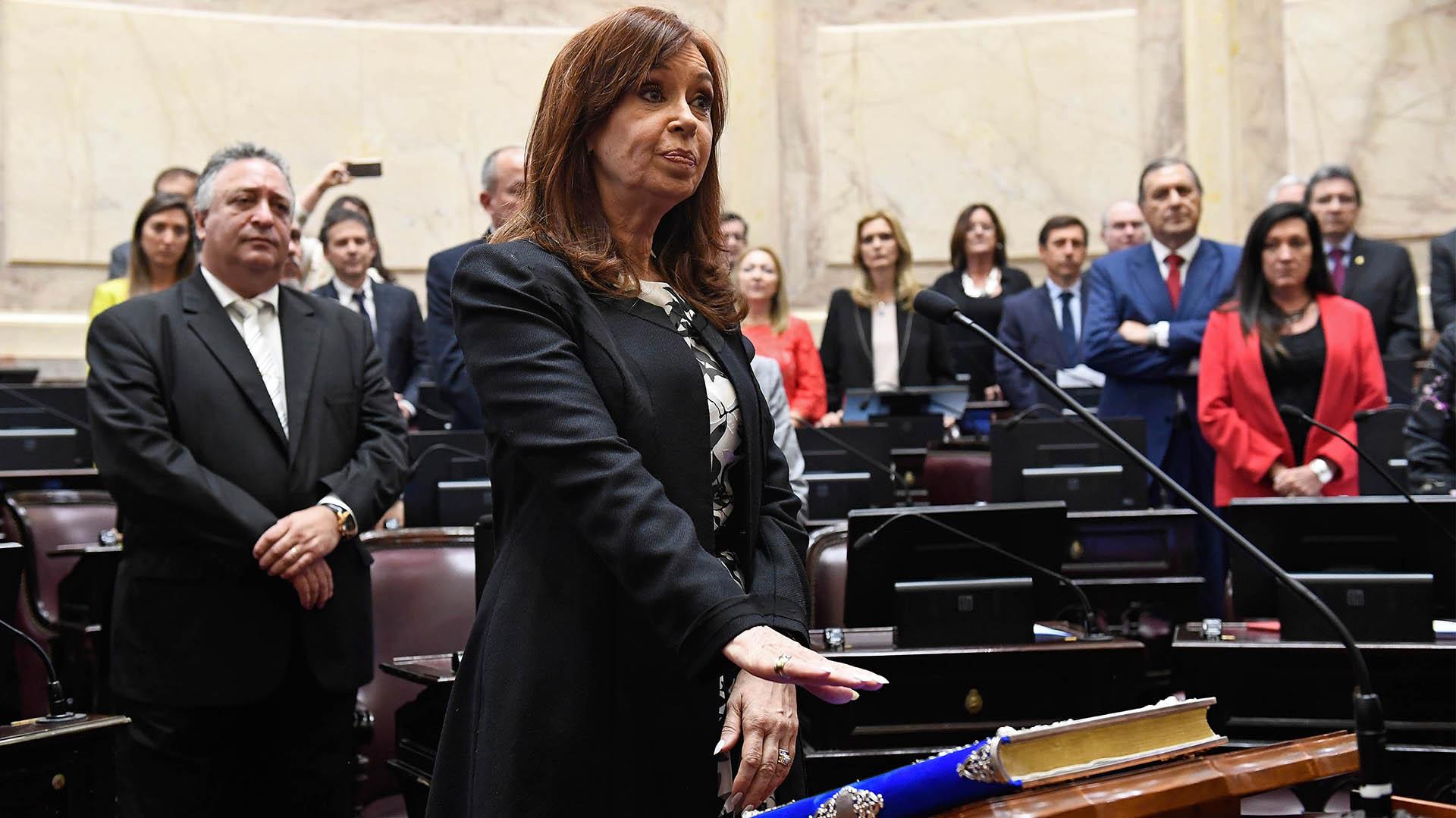 Cristina Kirchner jura en el recinto del Senado el 29 de Noviembre de 2017 (Foto Senado)