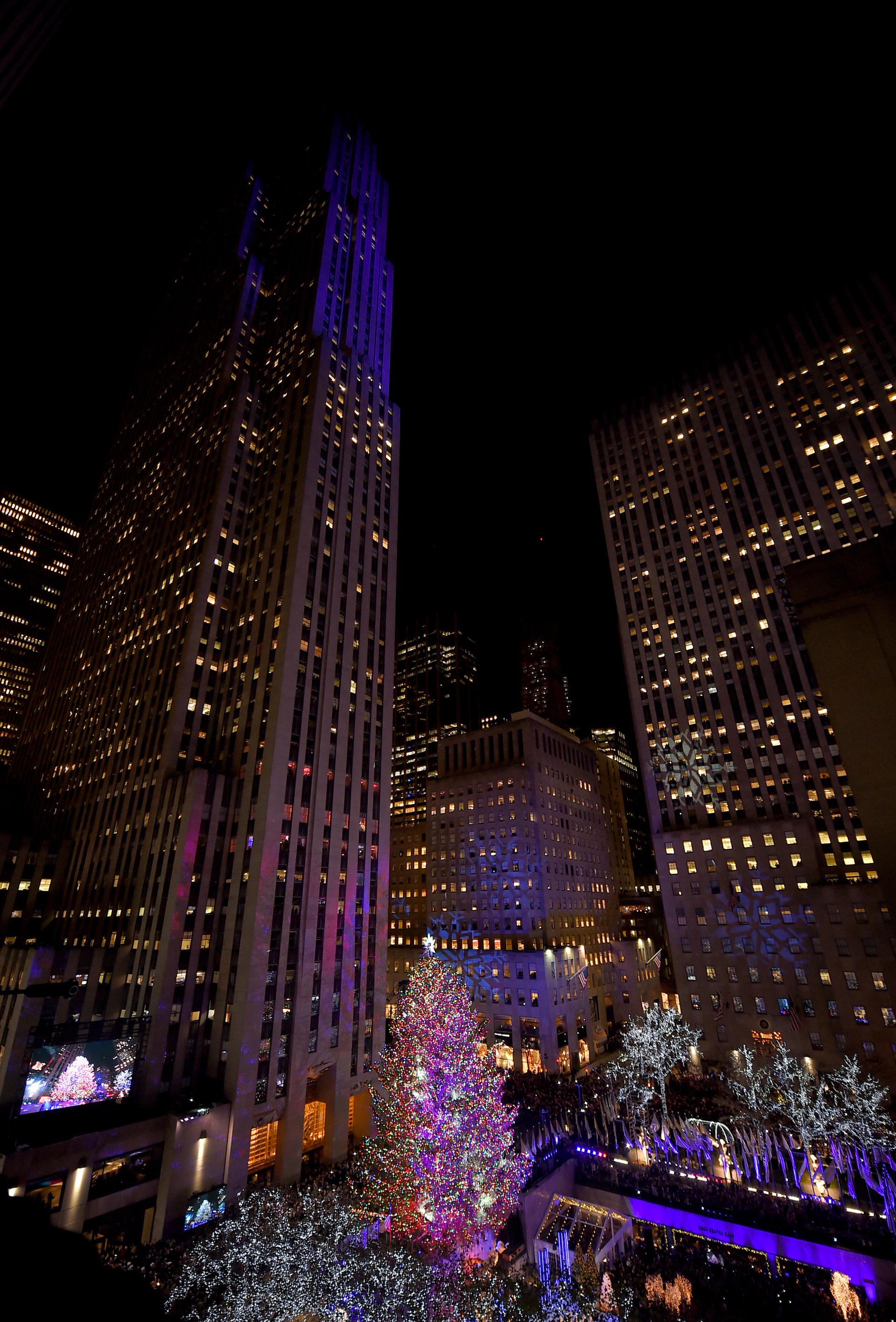 El pino noruego de 22 metros de altura y más de 12 toneladas de peso está decorado con 50.000 luces LED multicolores