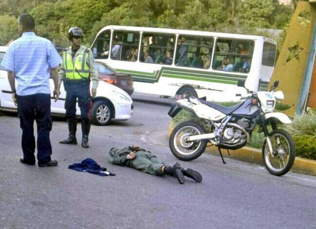 Uno de los soldados esposados en el asfalto tras la fuga de los presos (Twitter)