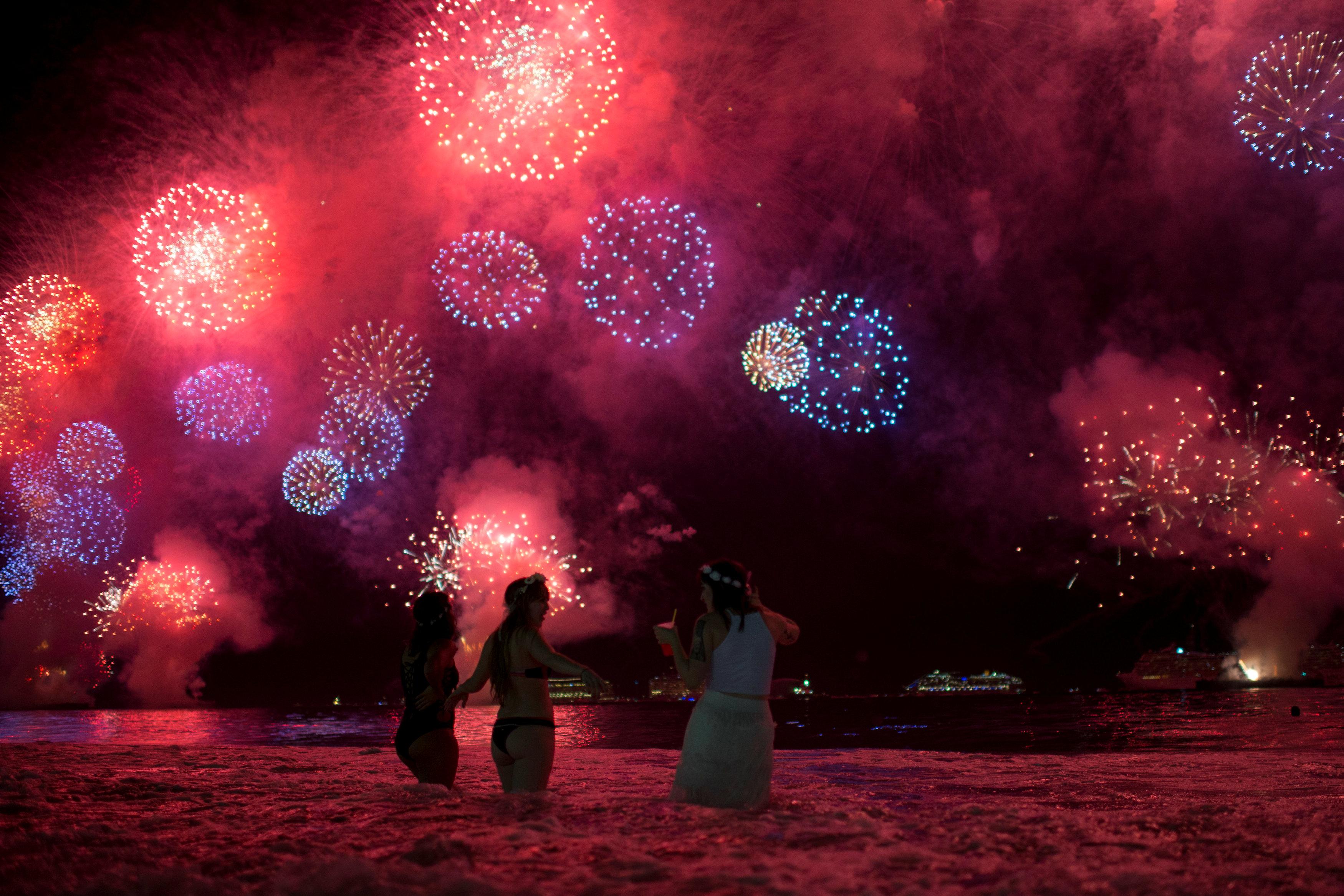 Fuegos artificiales en la playa de Copacabana, en Río de Janeiro, en Brasil (REUTERS/Lucas Landau)