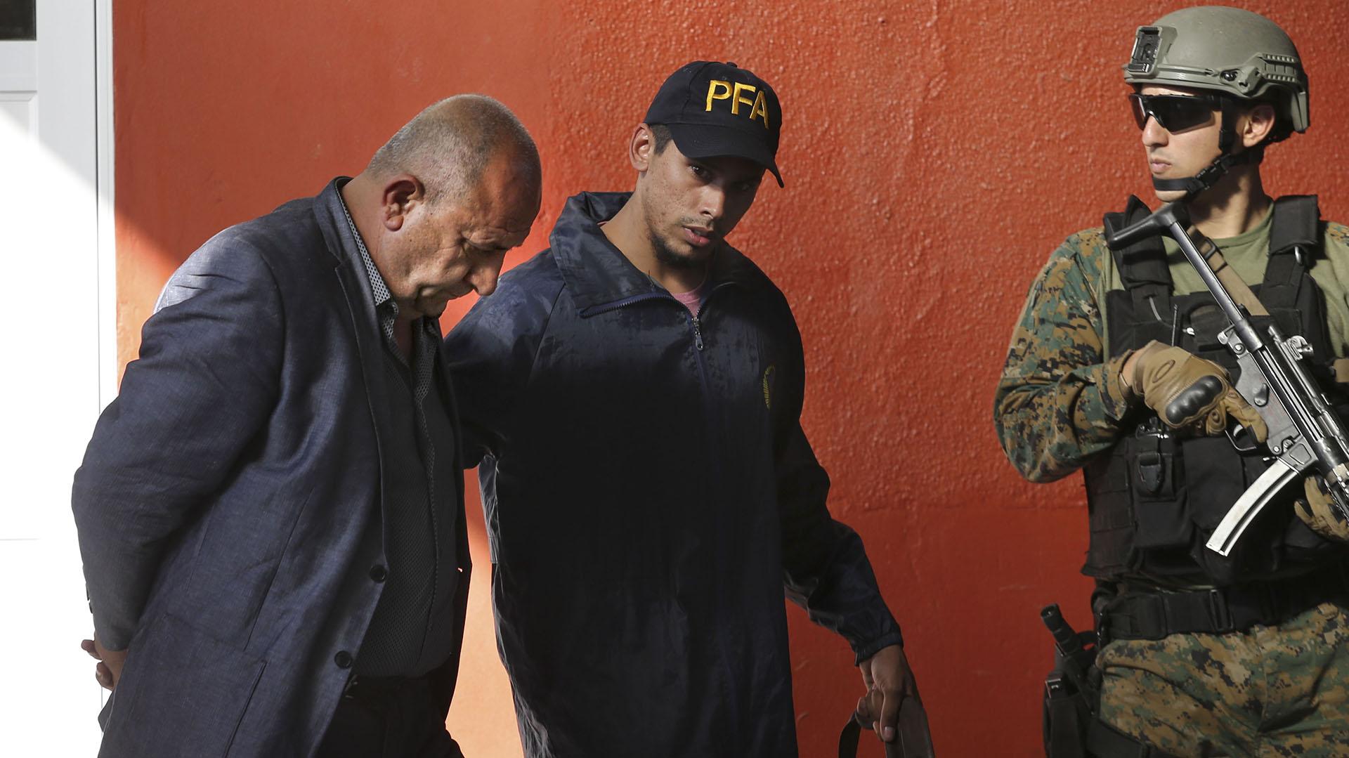 Noray Nakis es trasladado por un agente de la Policía Federal (NA: DAMIAN DOPACIO)