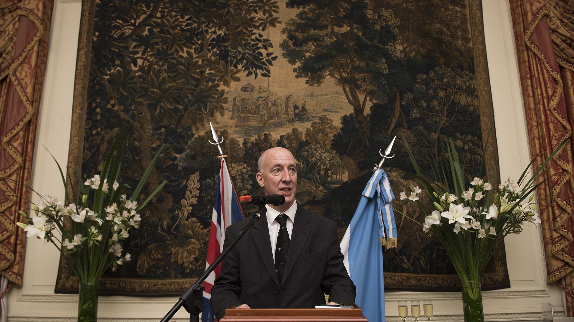 Previo a iniciar su discurso, el embajador Kent pidió un minuto de silencio por los 44 tripulantes del ARA San Juan