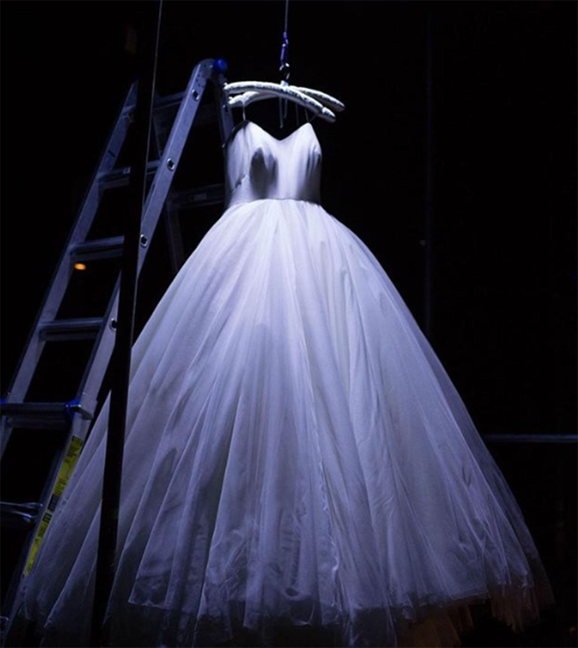 Para la ceremonia, Serena eligió un modelo de Alexander McQueen con un corte de vestido de baile del que se enamoró al viajar a Londres para elegir el vestuario.