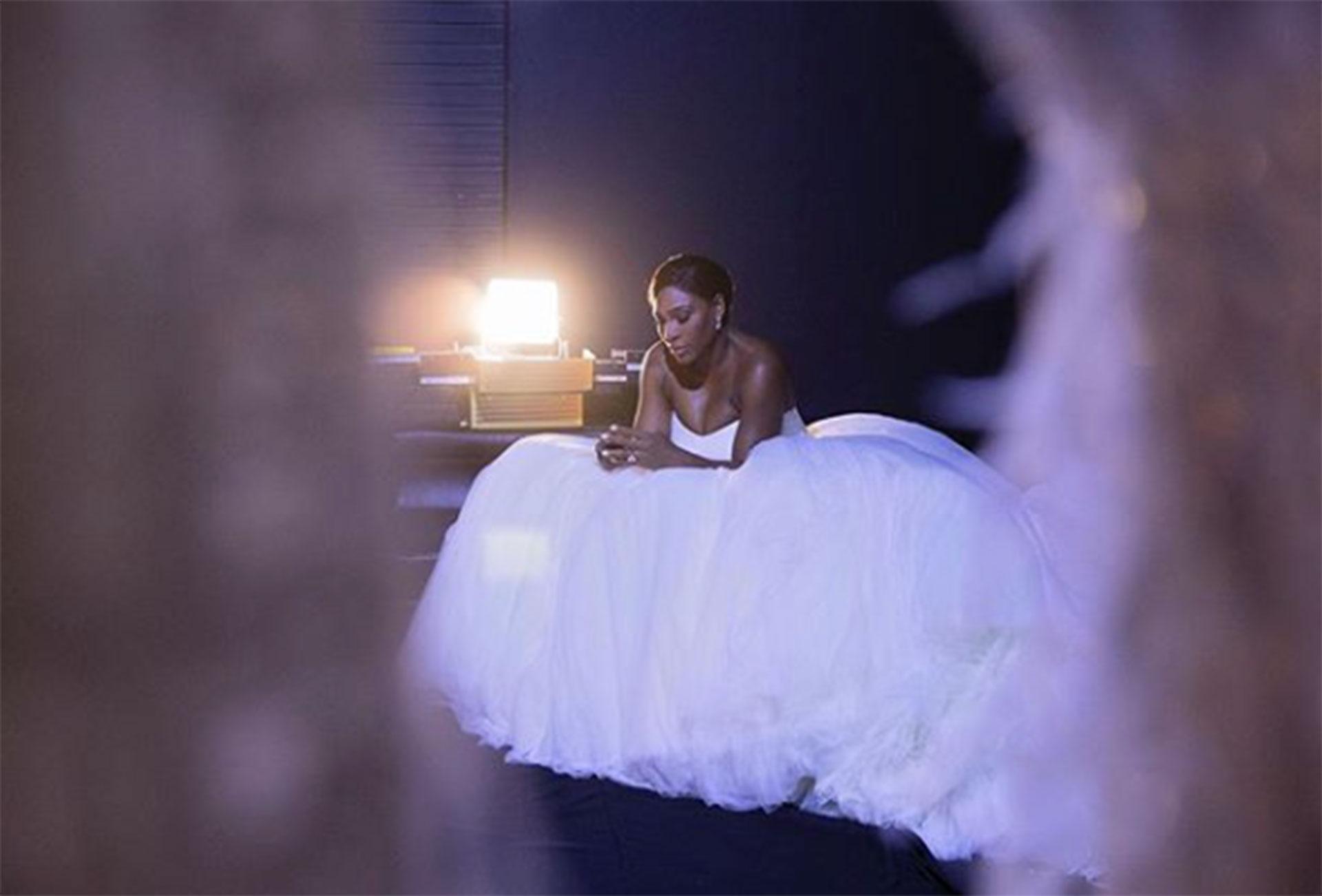 El vestido, un elegante diseño strapless, ceñido en la cintura y con una enorme falda de múltiples velos, digo de una novia de cuento de hadas.