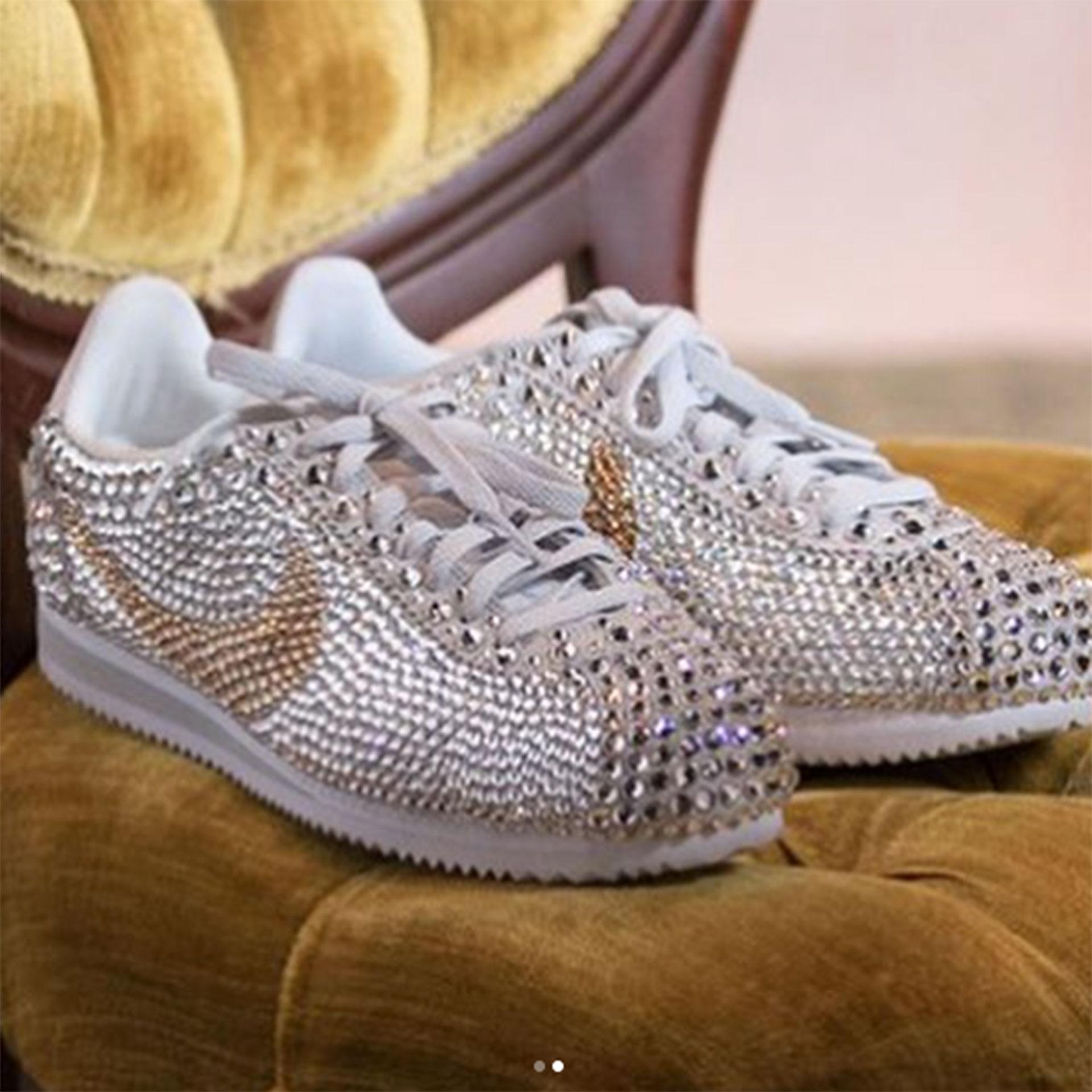 En un momento de los festejos la tenista cambió de zapatos y optó por un calzado mucho más cómodo: una edición especial de los Nike Cortez hechos de brillantes.