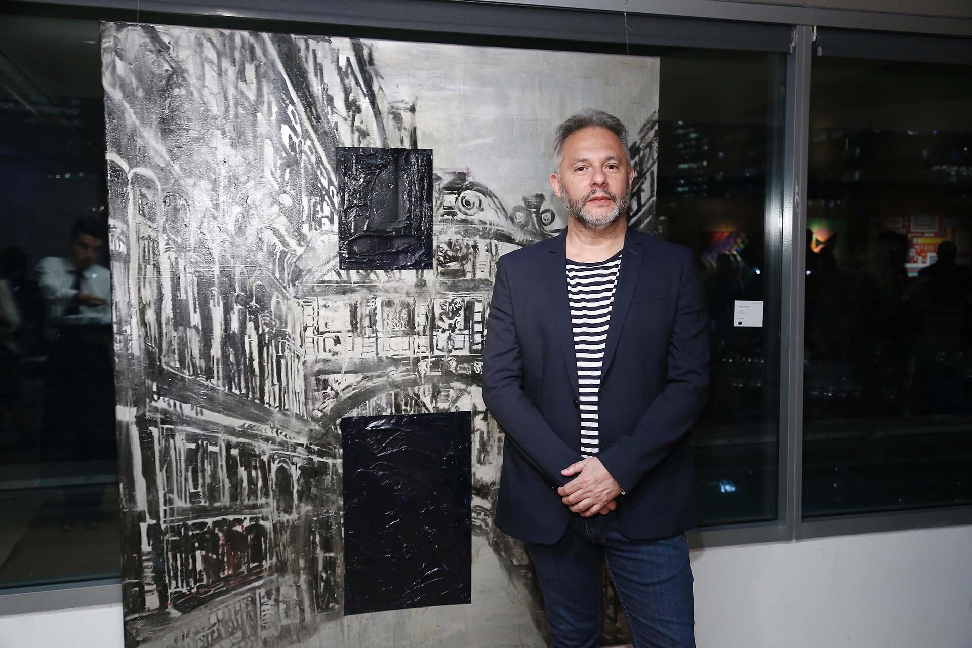 """Sergio Bazán, artista y docente, frente a su obra """"Venecia"""""""