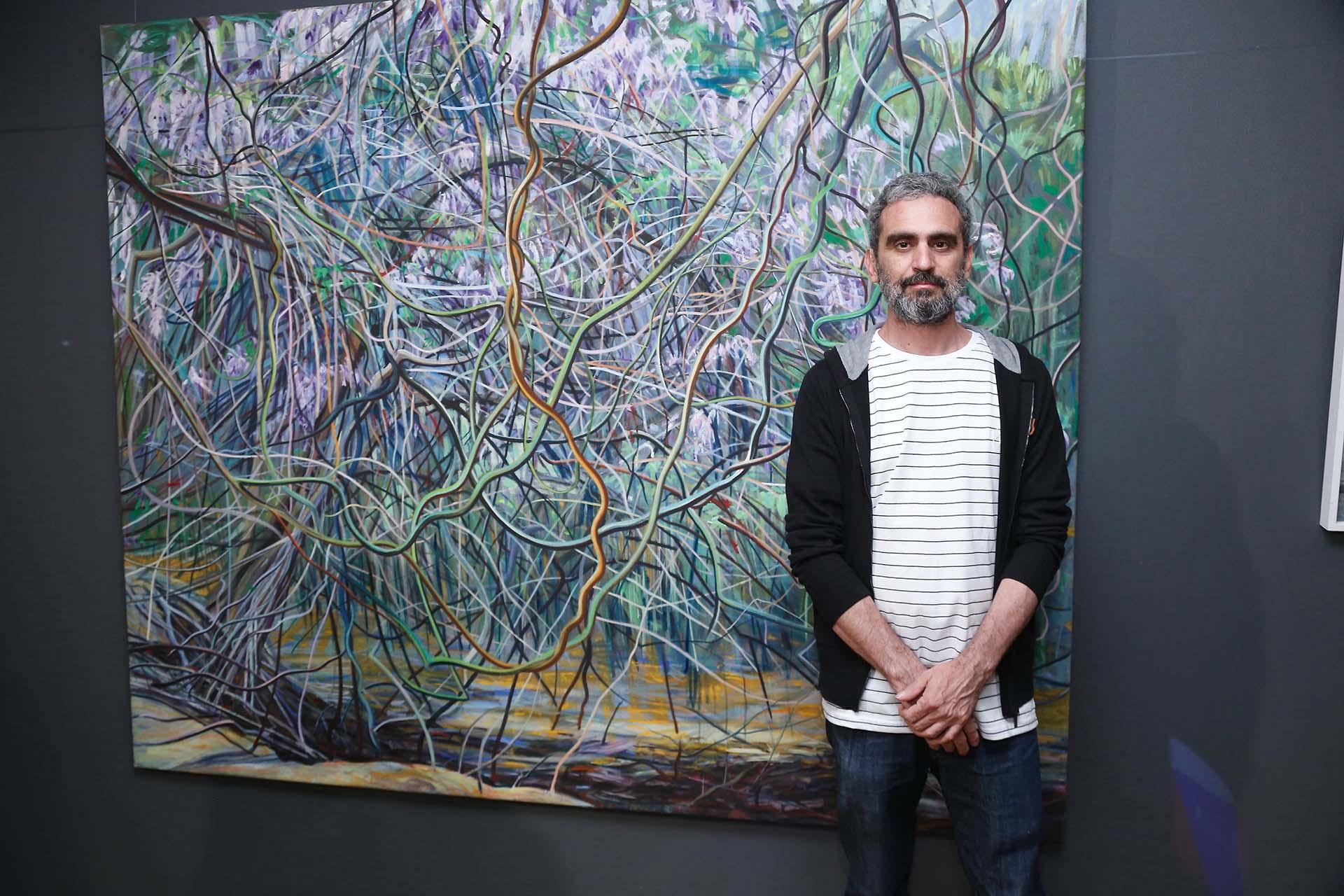 """El artista Adrian Paiva y su obra """"Glicina"""""""