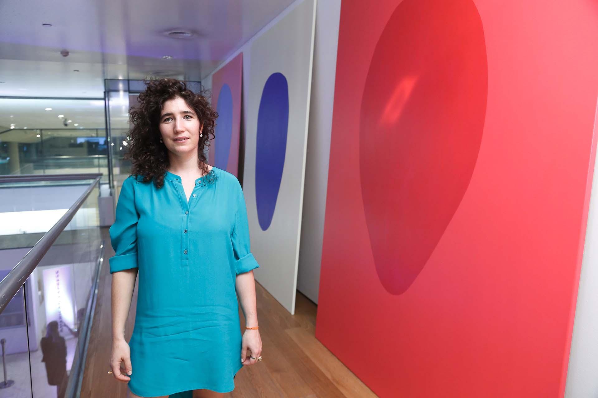 Magali Milkis frente a sus obras. Diderot.Art propone un cambio en la forma de interactuar con la producción de artistas locales, e impulsa una nueva tendencia de consumo y descubrimiento online de arte