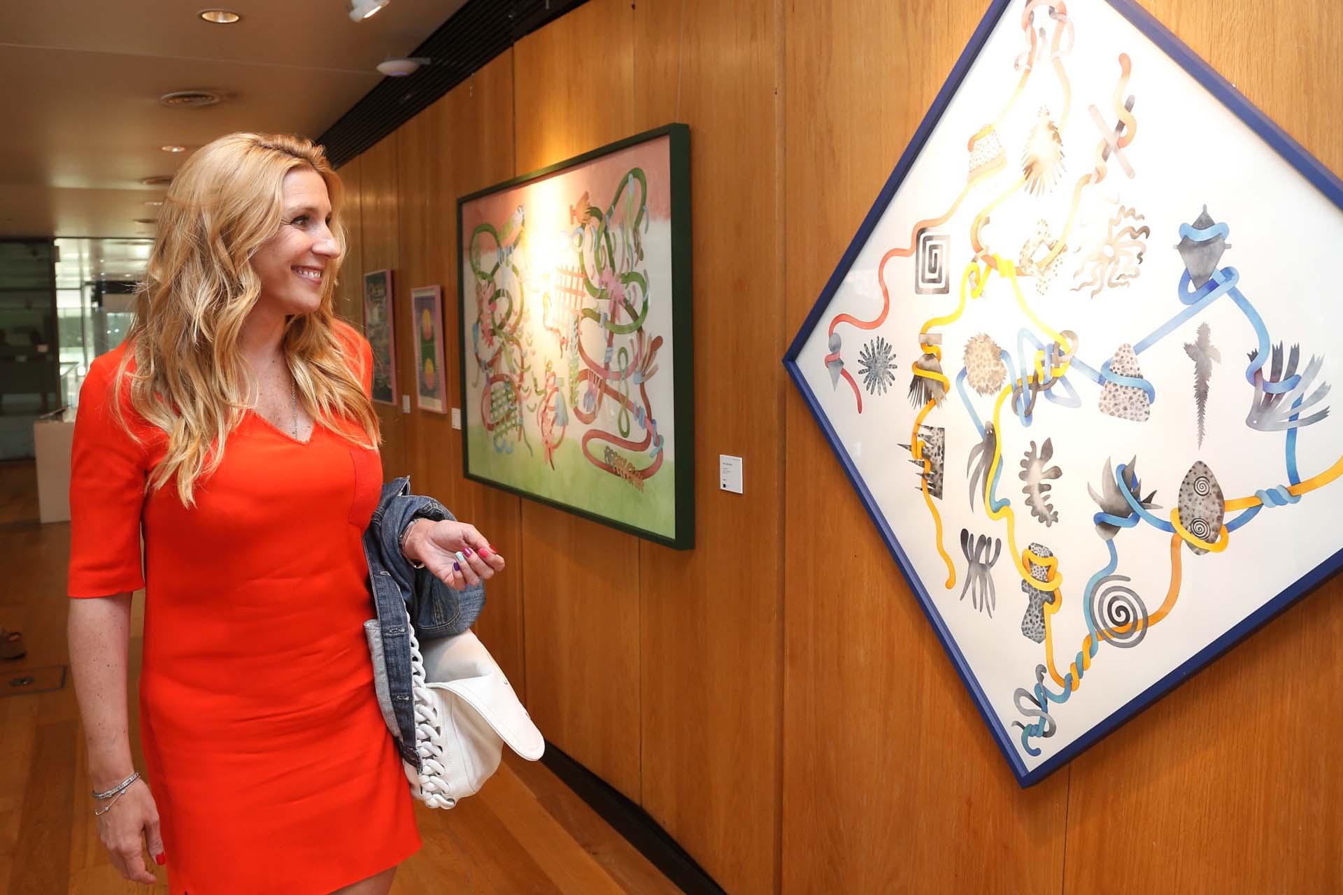 Amalia Amoedo observando la obra de Ana Clara Soler. La experiencia contó con la presencia de más de 15 artistas referentes del arte contemporáneo argentino