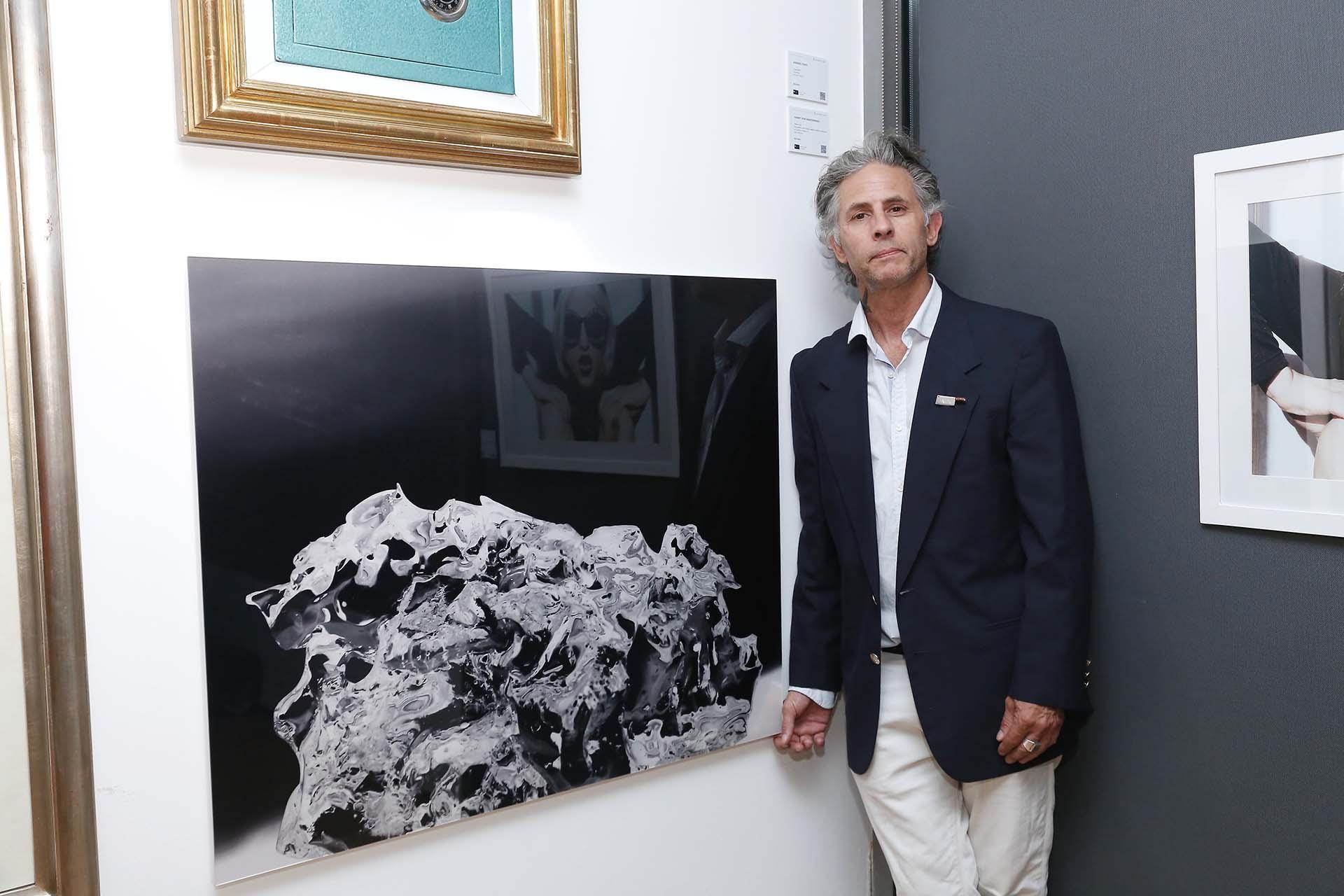 """El fotógrafo Henry Von Wartenberg delante de su obra """"Black Rock"""". """"Nuestra plataforma otorga a los artistas locales una visibilidad sin precedentes y, al mismo tiempo, impulsa la creación de nuevos compradores y coleccionistas, promoviendo un círculo virtuoso que complementa y amplía el mercado de compra de arte actual"""", explicó Lucrecia Cornejo, directora y cofundadora"""
