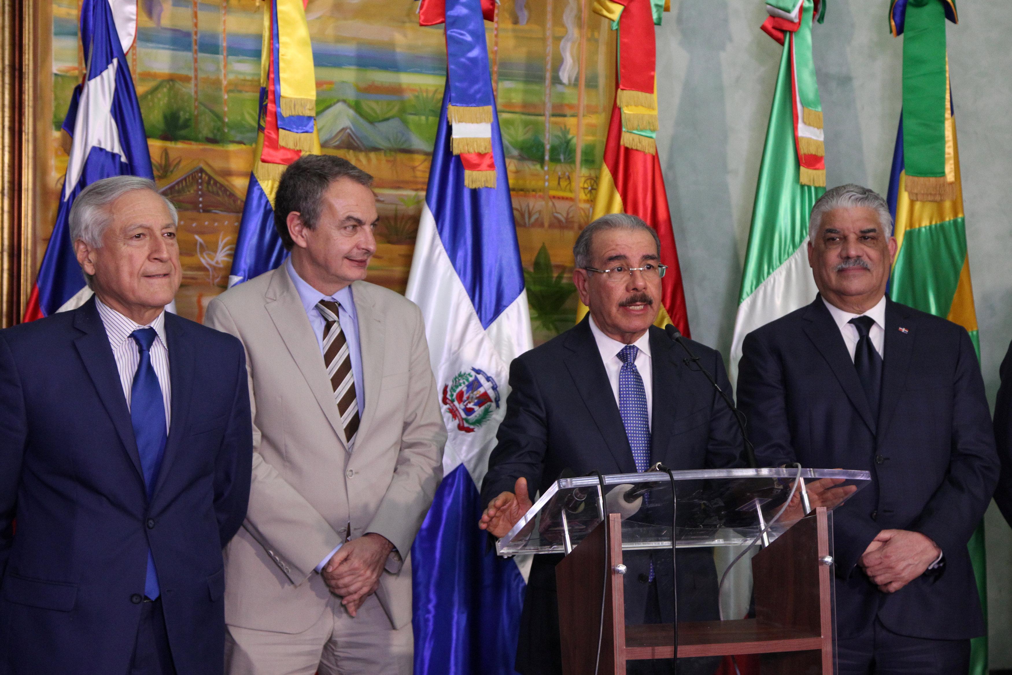 El canciller de Chile, Heraldo Muñoz;el ex mandatario español,José Luis Rodríguez Zapatero;el presidente de República Dominicana, Danilo Medina y su cancillerMiguel Vargas, luego de la culminación del primer día de diálogo. (REUTERS/Ricardo Rojas)