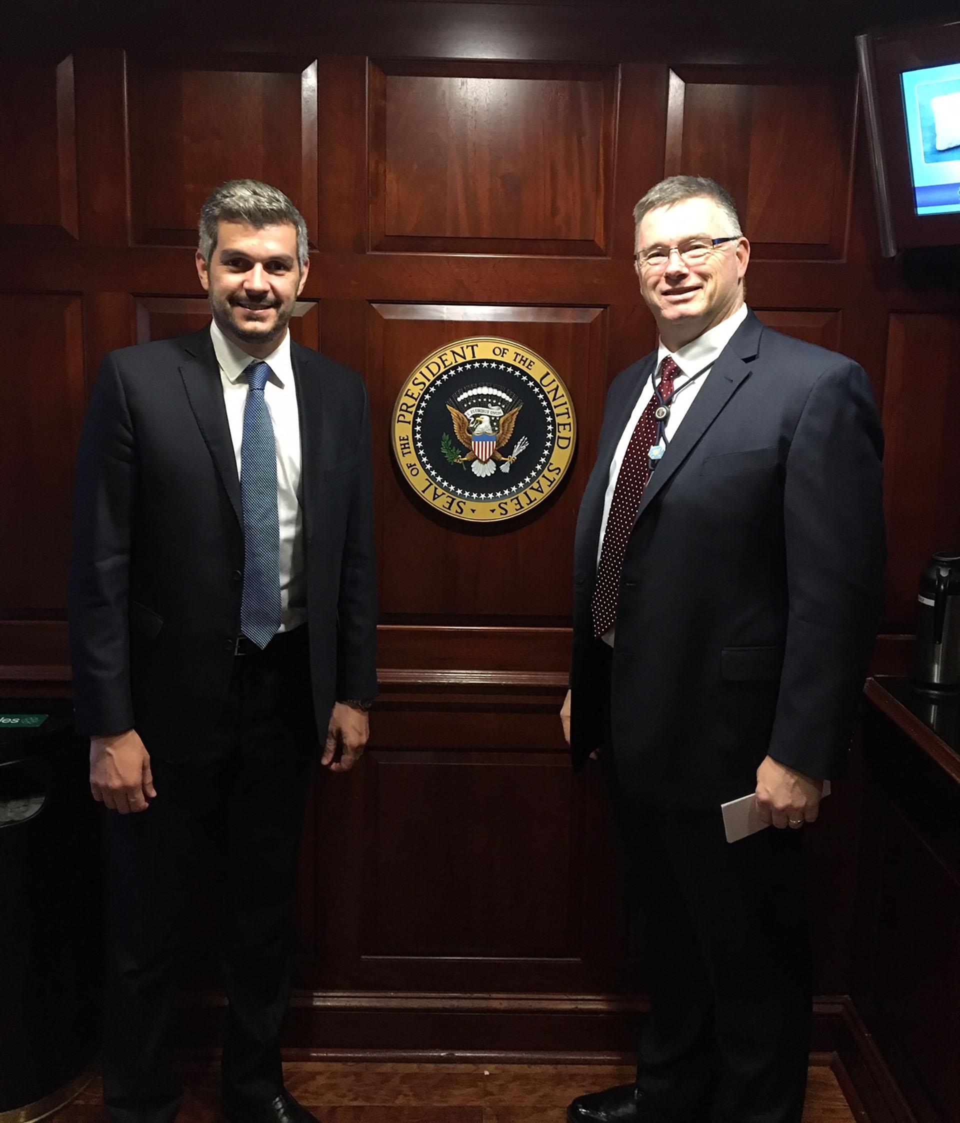 El jefe de Gabinete argentino Marcos Peña junto al consejero de Seguridad de la Casa Blanca Ricky Waddell
