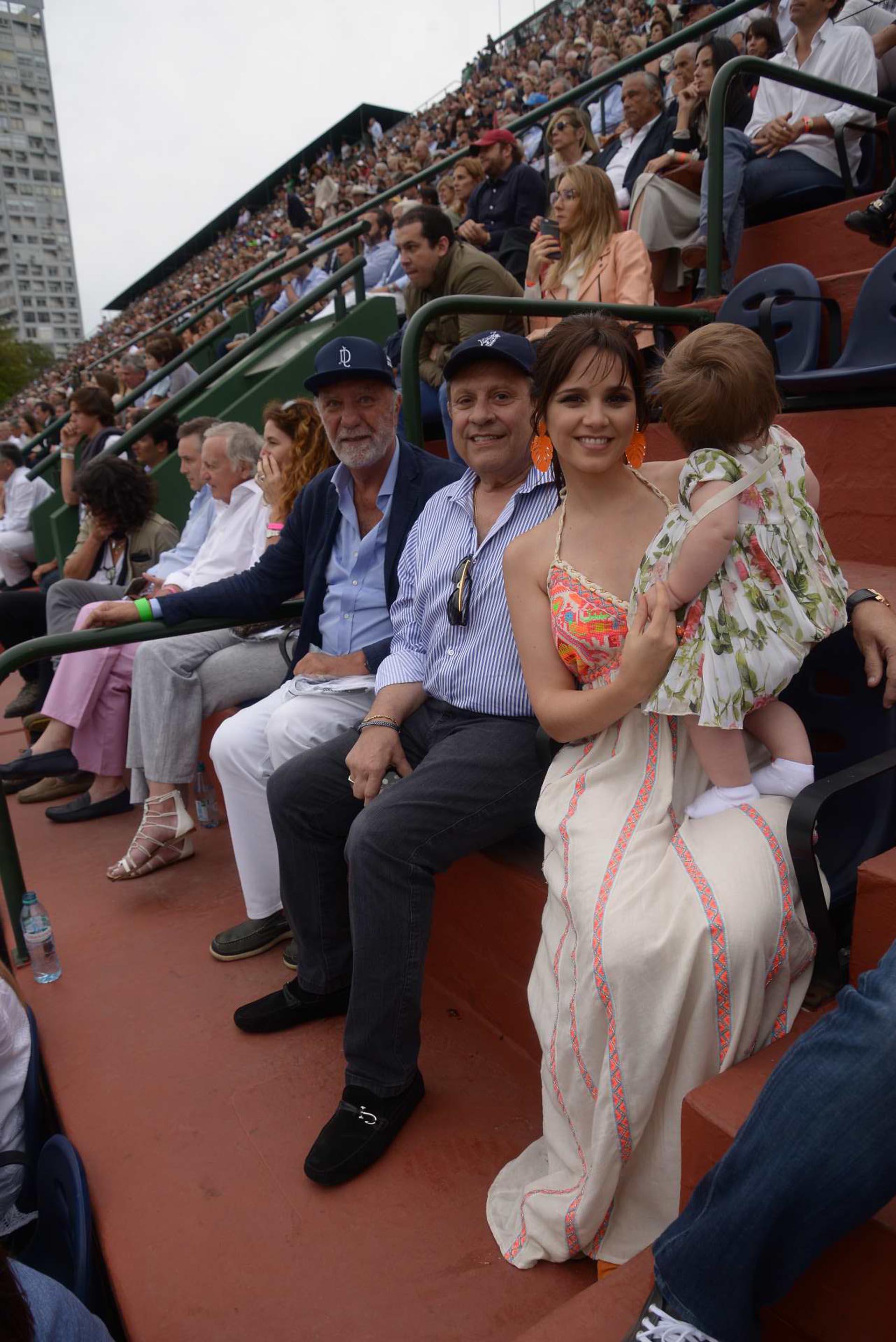 Pedro Costoya junto a Néstor Abatidaga, director corporativo del Grupo Sancor Seguros, junto a su mujer Natali Márquez-directora creativa de Brezza- y su hija Alma