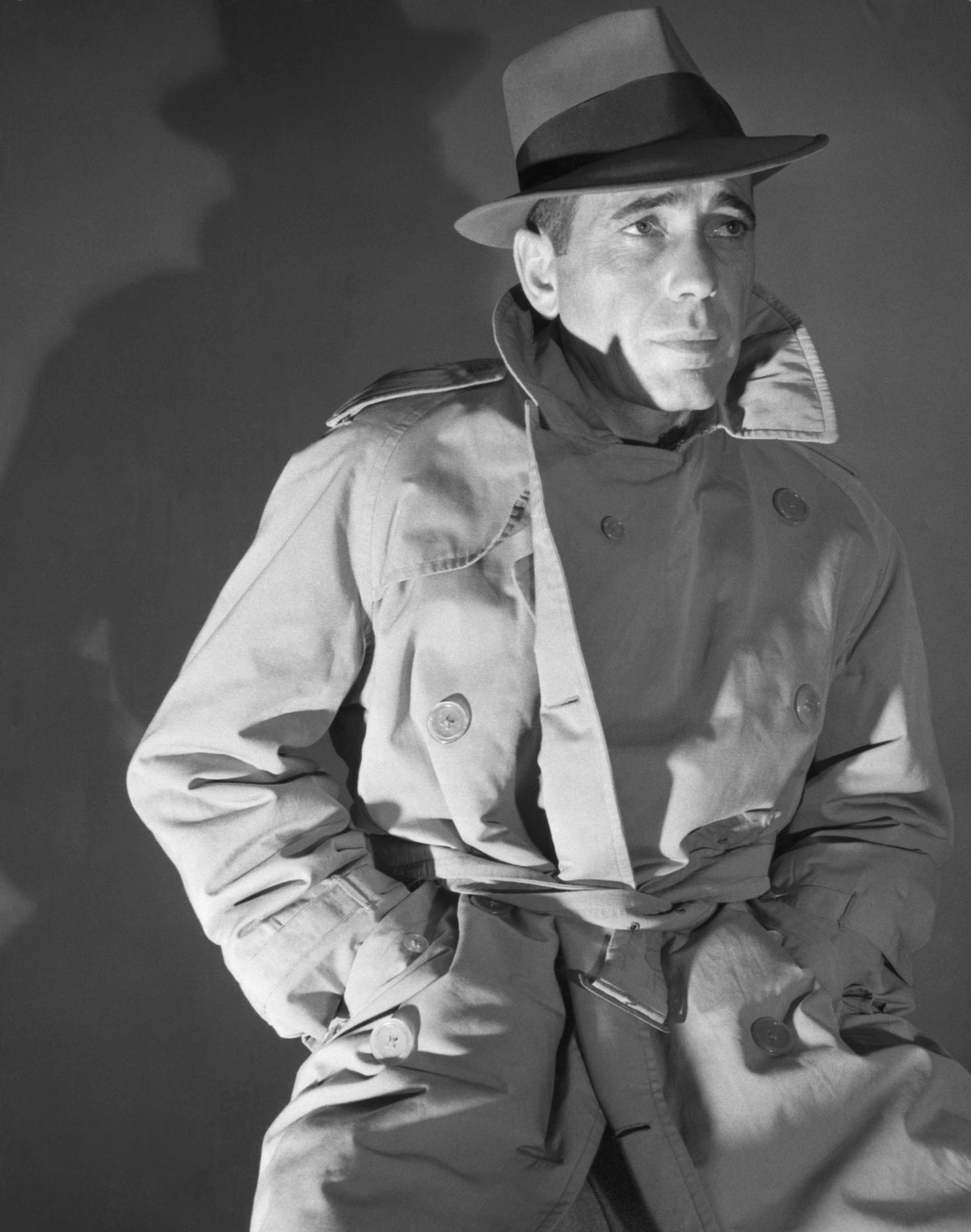 """Bogart, con el trench y el sombrero fedora, el look que inmortalizó en """"El Halcón Maltés"""""""