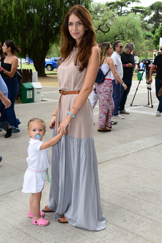 Zaira Nara junto a su hija Malaika con un look chic y relajado, maxi vestido combinado en tonos neutros