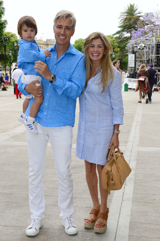 Maria Laura Leguizamón junto a su marido Marcelo Figueiras y su hijo Alfosno, los tres combinados en tono azul y lino