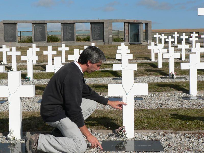 Julio Aro en el Cementerio de Darwin