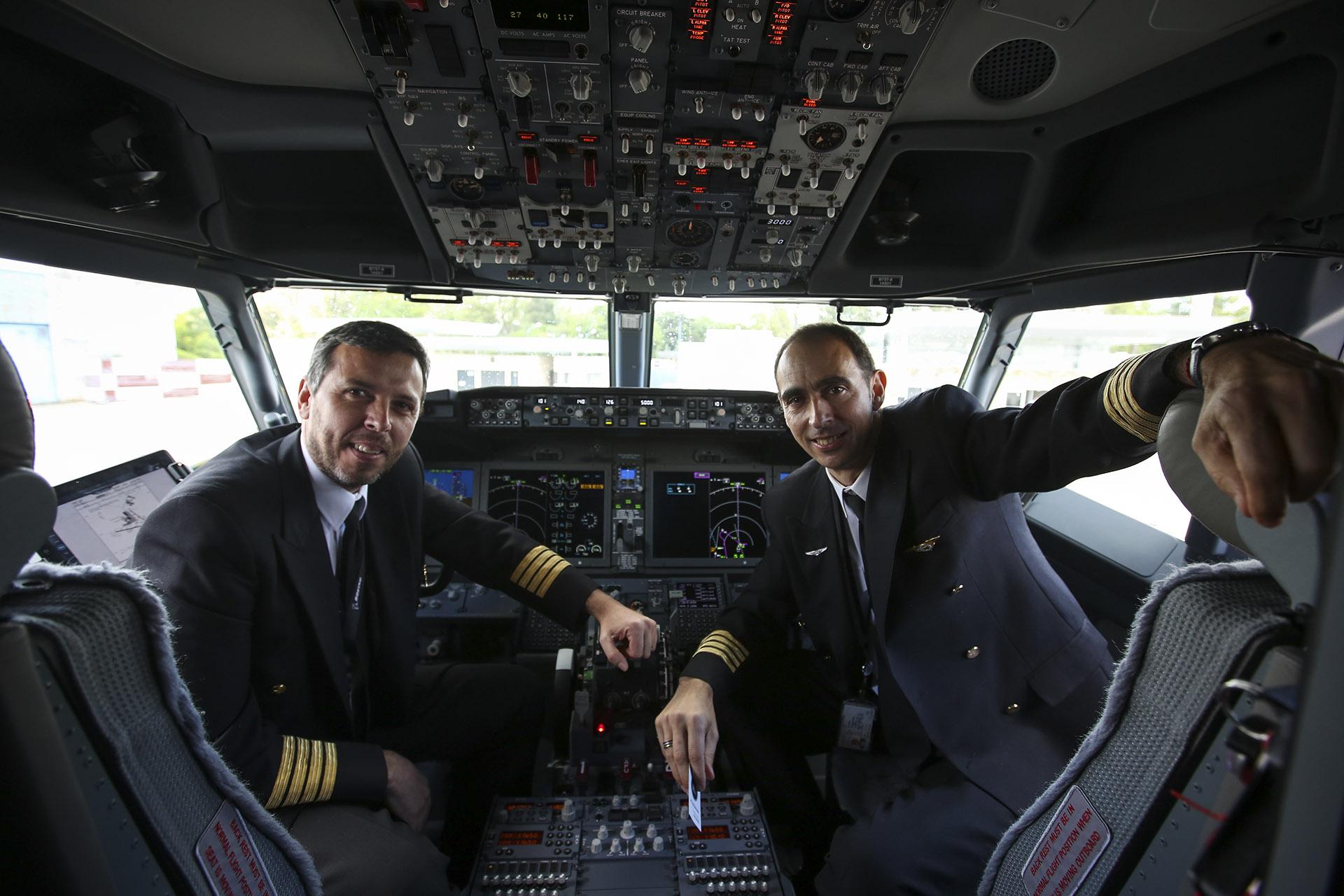 Los pilotos Daniel Hachim y Juan Carlos Bassini con un panel de instrumentos más moderno