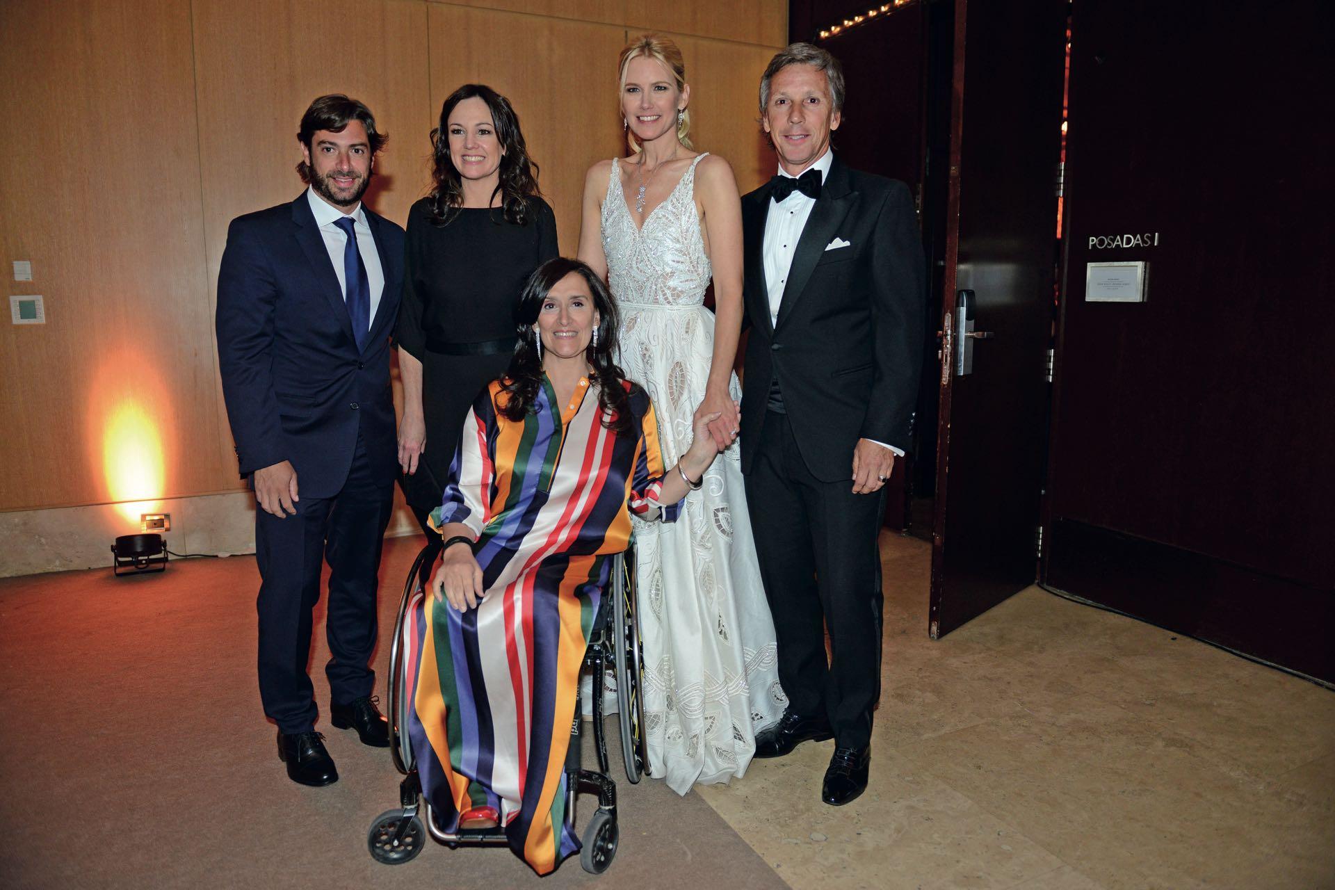 Federico Salví, Carolina Stanley y Grabriela Michetti posan junto a los anfitriones.