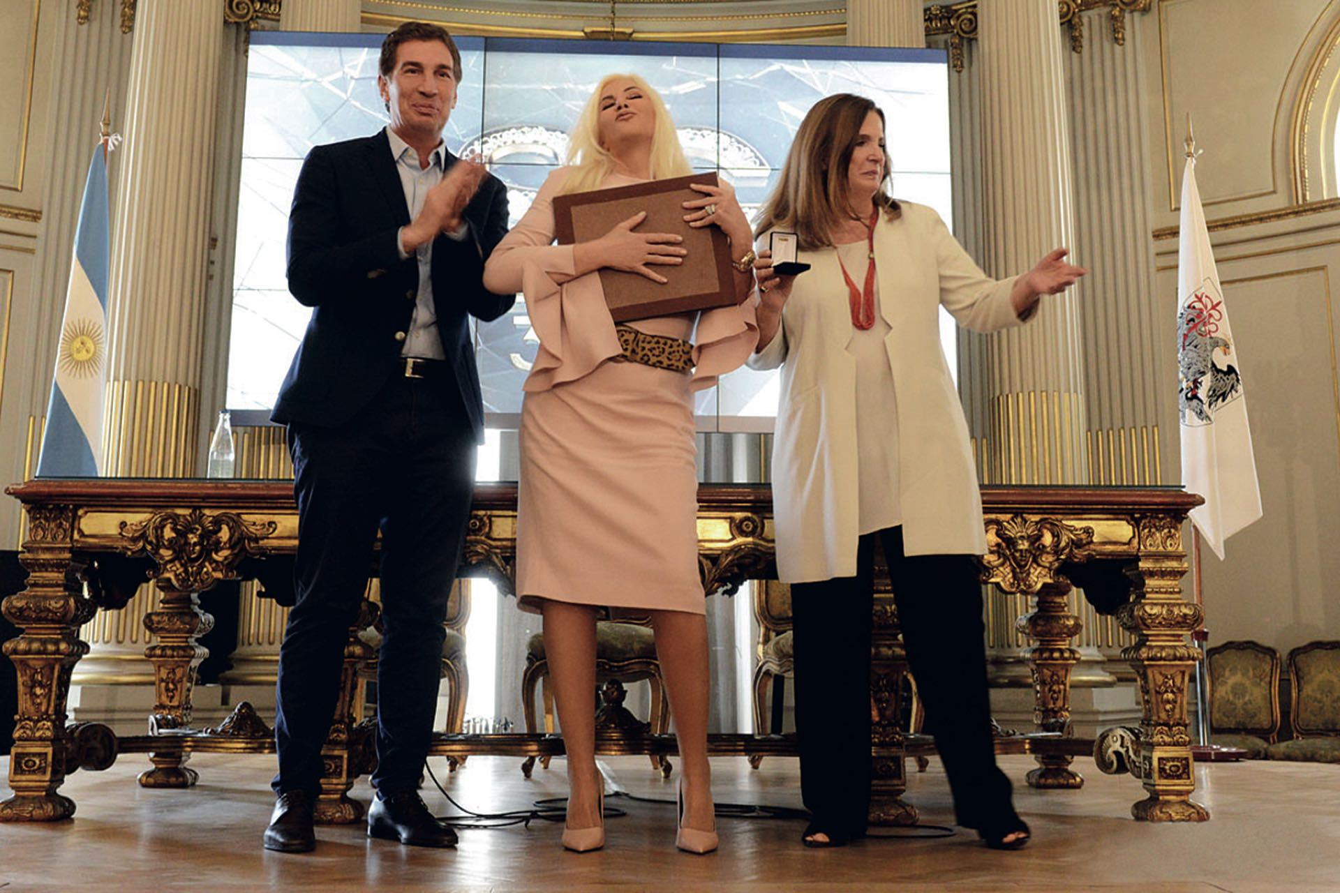 Feliz con su diploma junto al vicejefe de Gobierno, Diego Santilli, y Carmen Polledo, vicepresidenta de la Legislatura