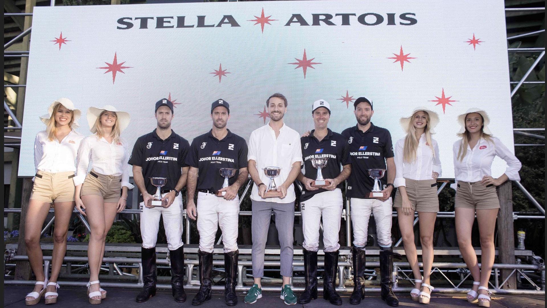 La entrega de la Copa Stella Artois al equipo Ellerstina