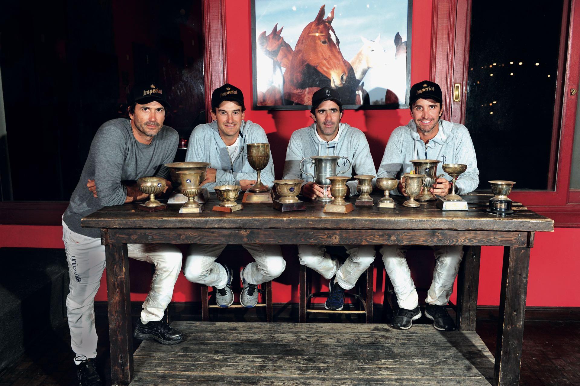 """Traigan vino que copas sobran: de izquierda a derecha, AC, David """"Pelón"""" Stirling, Juan Martín Nero y Pablo McDonough, los cuatro fantásticos del polo actual, en el Chapa Bar de General Rodríguez."""