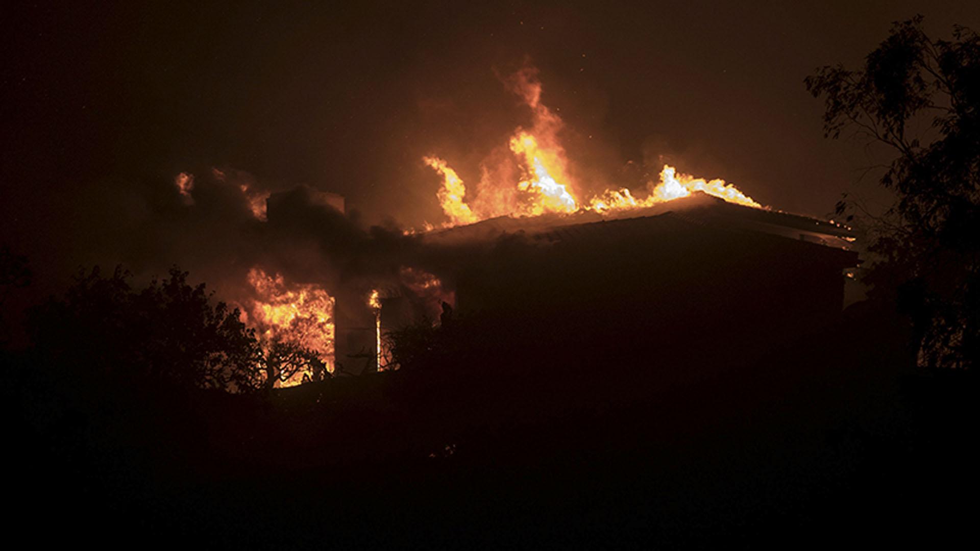 El incendio forestal comenzó en un cañón cerca de la localidad de Santa Paula, al noroeste de Los Ángeles, y a las 04.00 hora local de hoy (12:00 GMT) había llegado a la localidad de Ventura, una ciudad costera con más de 100.000 habitantes, según informaron las autoridades locales