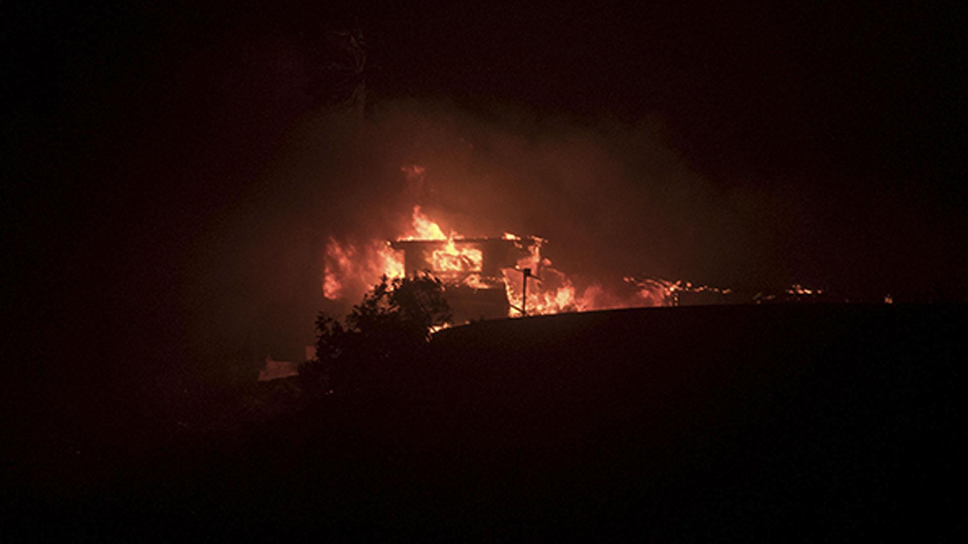 Una persona murió en las últimas horas y unas 27.000 tuvieron que ser evacuadas de sus hogares en el suroeste de California, después de que un potente incendio quemara un terreno de 125,5 kilómetros cuadrados y consumiera al menos 150 edificios