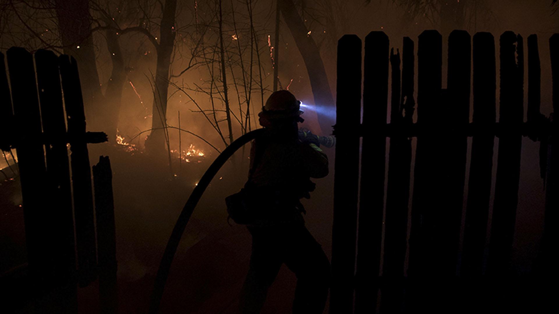 Al menos un bombero resultó herido en el esfuerzo por contener el fuego, que sigue propagándose y amenazando la localidad californiana, según el Departamento de Bomberos del condado de Ventura
