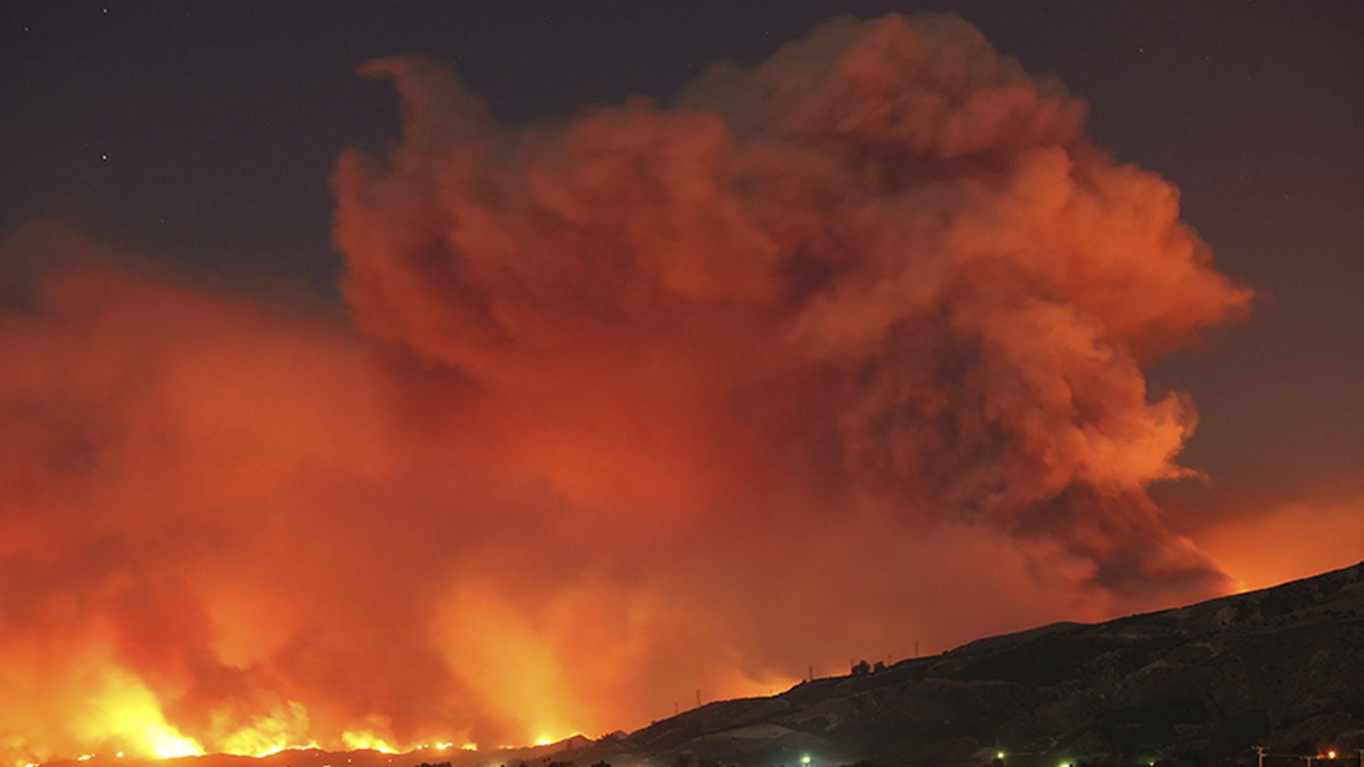 """""""Los vientos están aumentando y se espera que el incendio se expanda"""", indicó ese departamento en su cuenta oficial de Twitter antes de que amaneciera en California"""