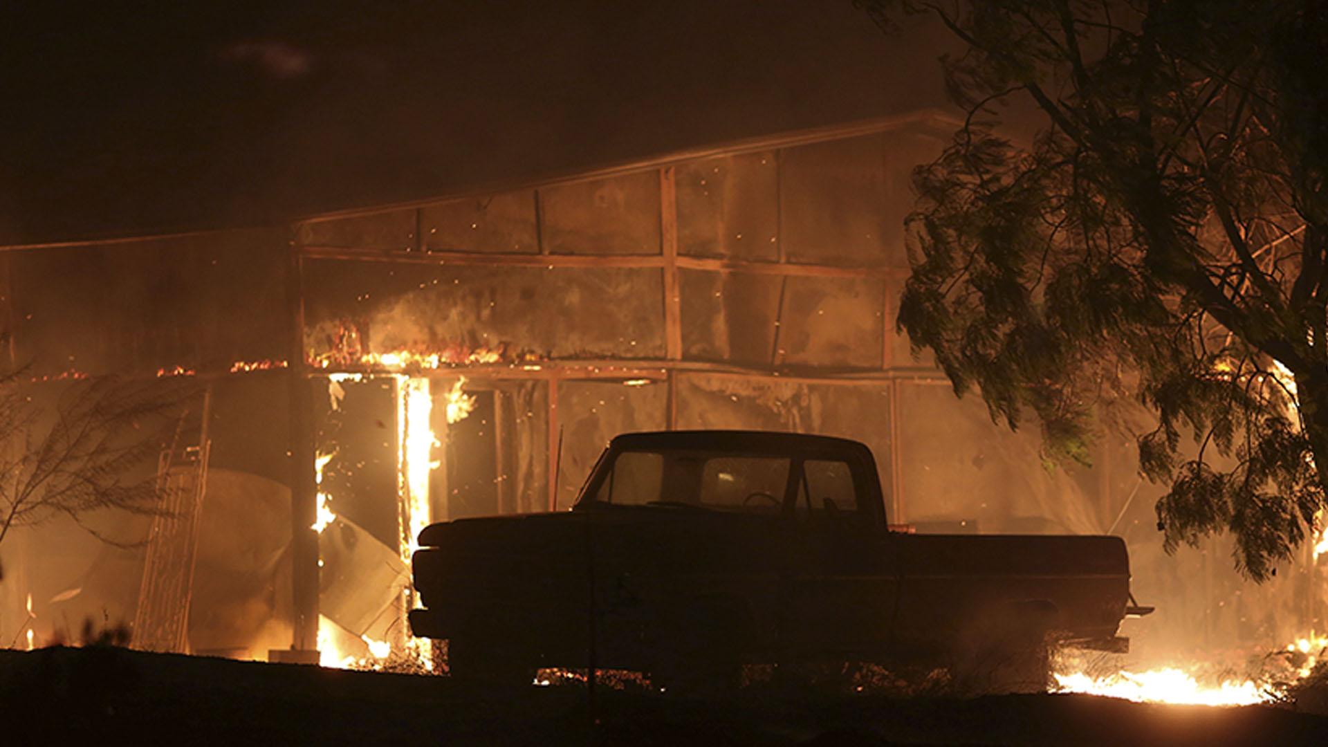Una estructura arde en Santa Paula