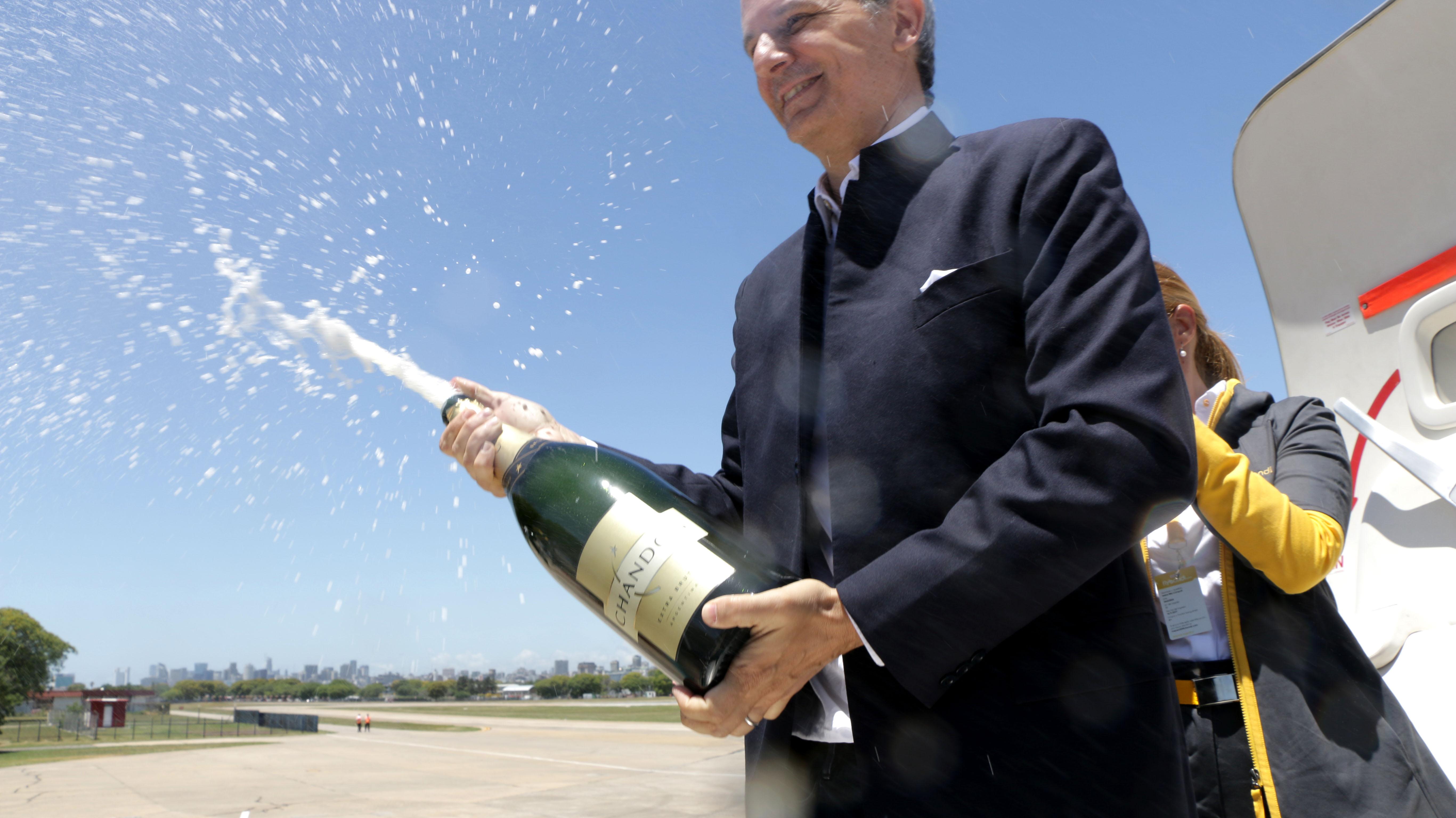 El bautismo del nuevo avión a manos de Cook, CEO de la empresa, con la apertura de una botella de champagne como una tradición en la industria de aeronavegación comercial