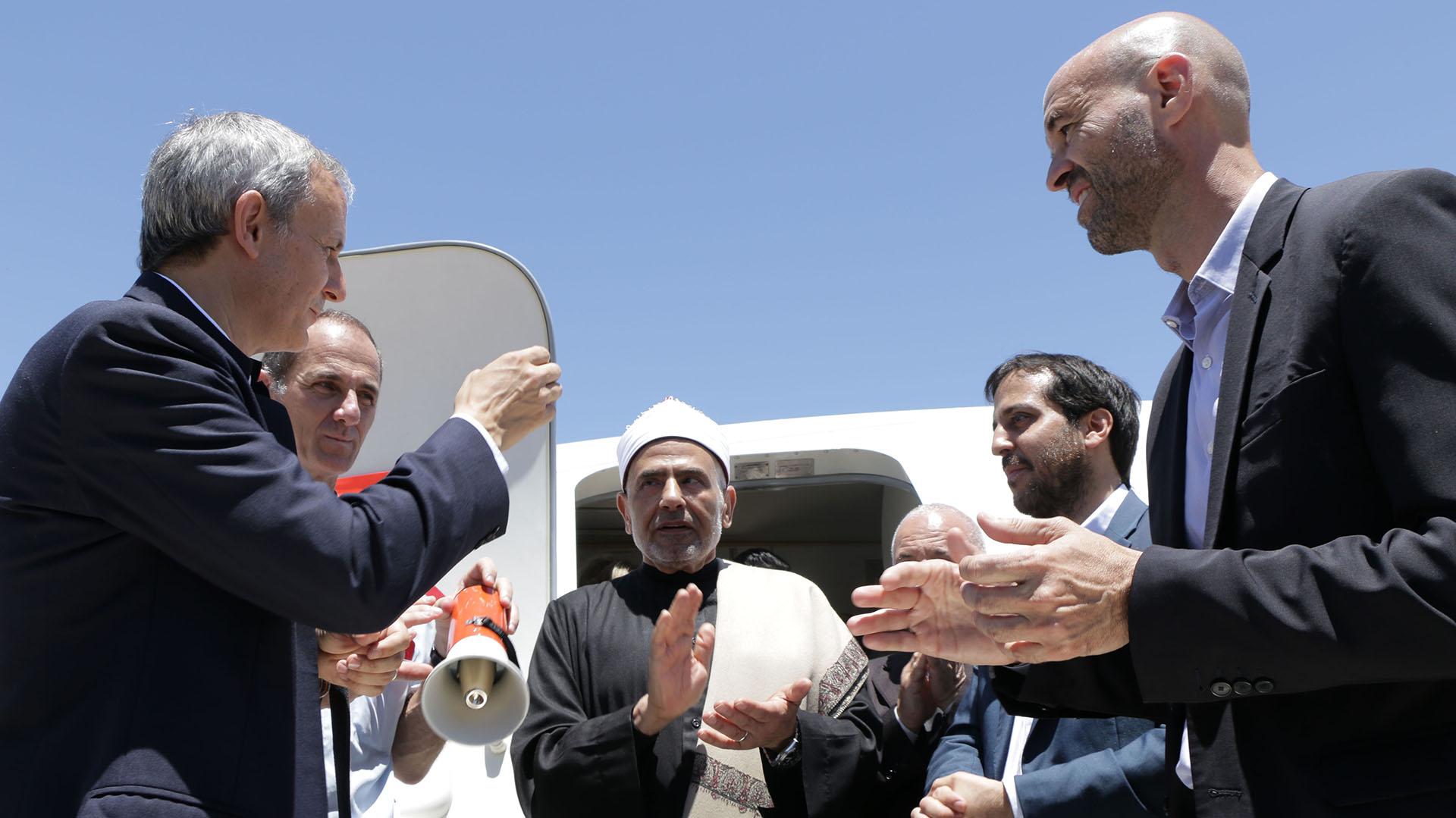 El nuevo avión -bajo contrato de leasing-recibió una triple bendición: un sacerdote, un rabino y un Imán se reunieron al pie de la puerta delantera del avión