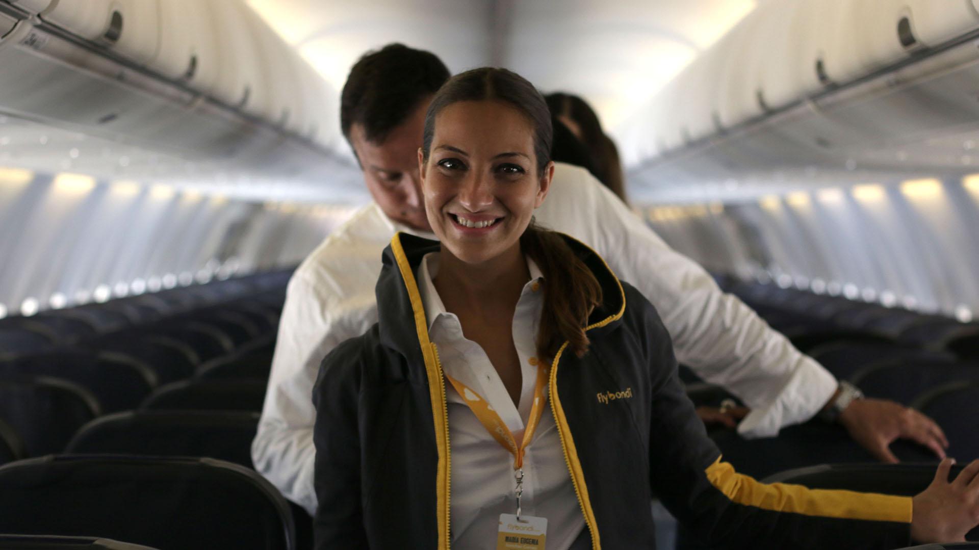 Los uniformes de la tripulación de Flybondi fueron diseñados por la marca argentina Cora Groppo
