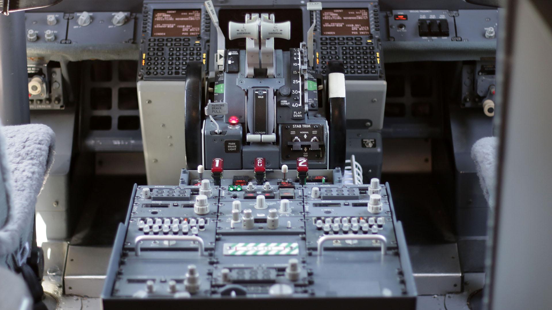 El panel de instrumentos del Boeing 737-800 del primer avión de Flybondi en la Argentina.
