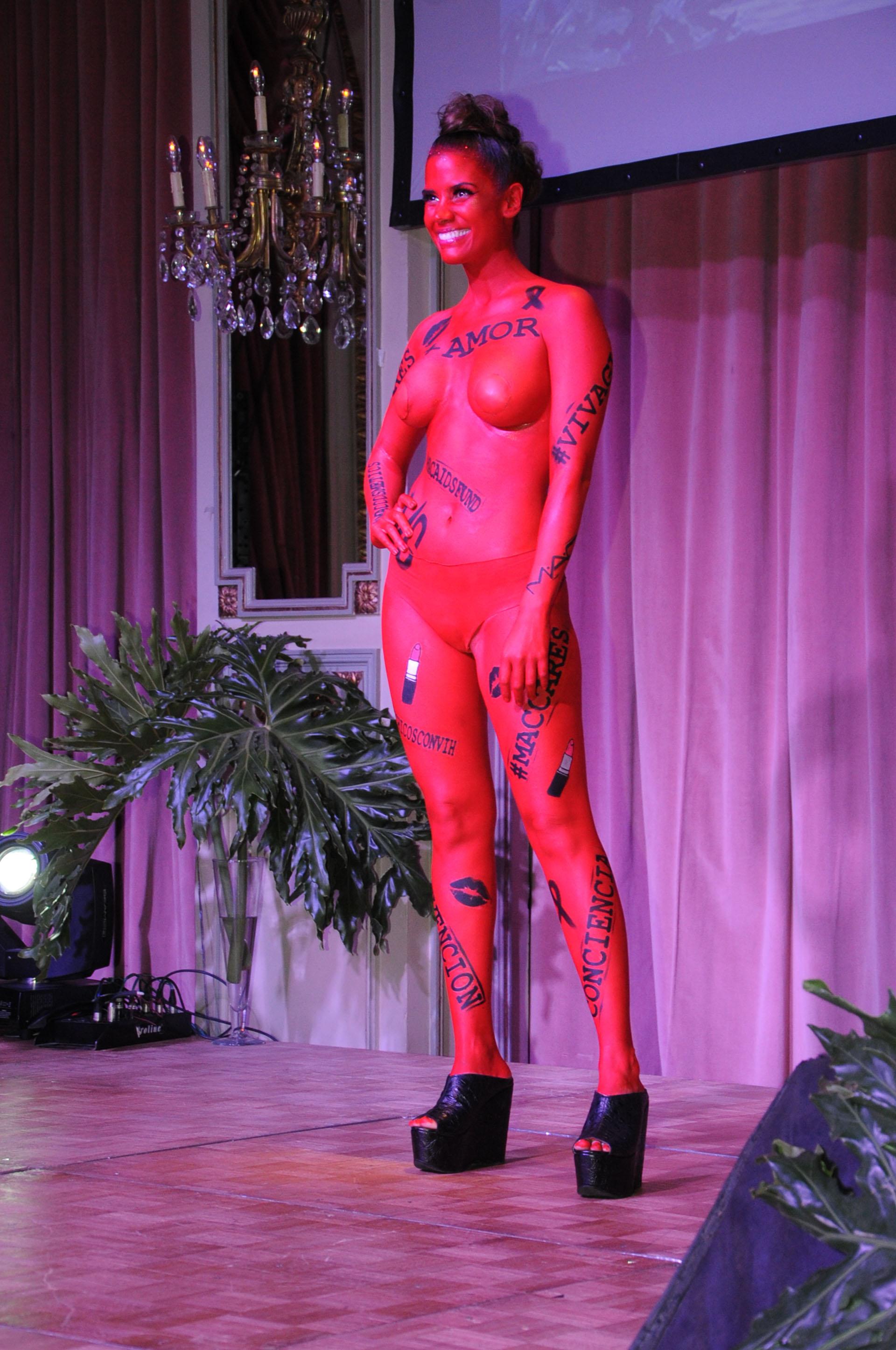 Amor, conciencia, prevención: fueron algunas palabras que tenía en su cuerpo una modelo con un body painting que desfiló durante la gala